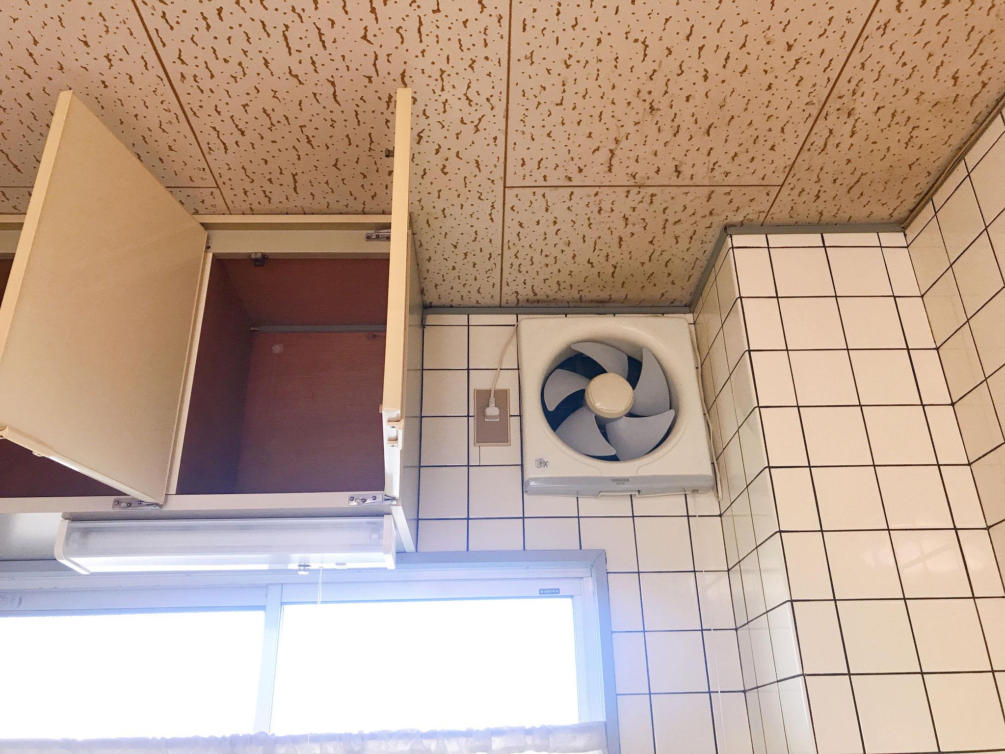 上部に換気扇、戸棚があります。意外とたくさん入りますよ。