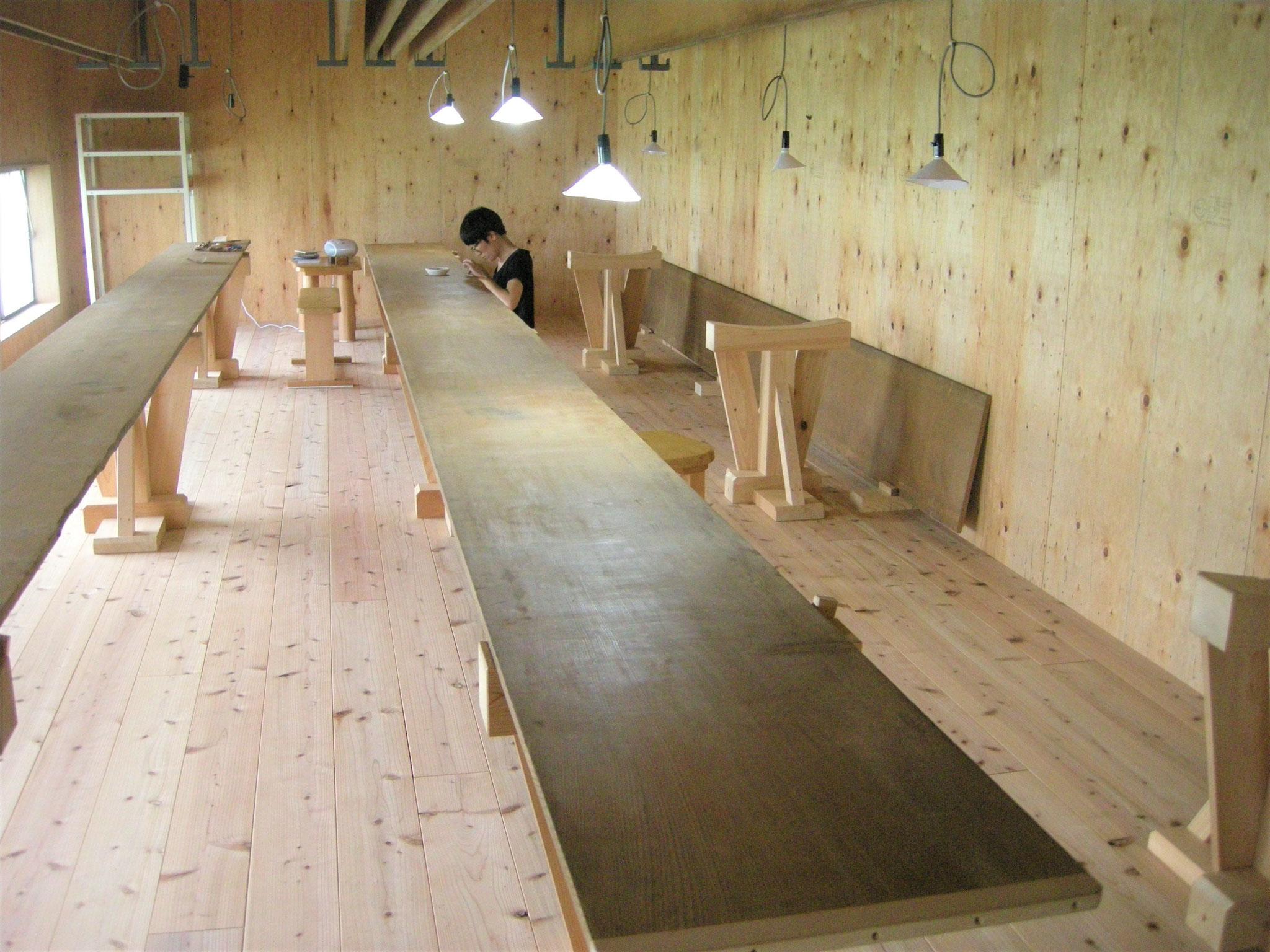 ⦅工程1 地貼り⦆長板を修復し敷糊をする。長板に生地を貼る。