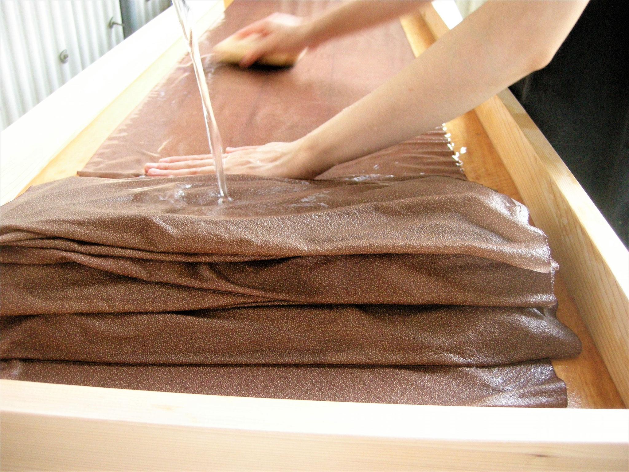 ⦅工程5 水洗い⦆糊と余分な染料を水で洗い流し、乾燥させる。