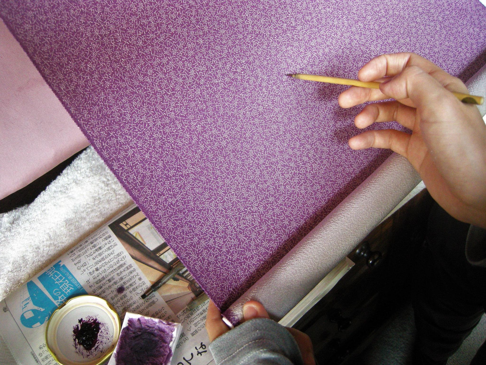 ⦅工程6 地直し⦆染むらや型紙のつなぎ目が目立たないように、筆や小刷毛に染料をのせて色が均等になるように丹念に修正する。