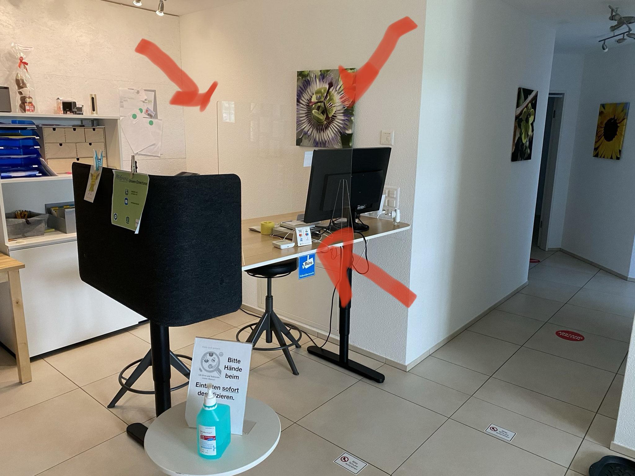 Das Büro ist mit einem Plexiglas geschützt