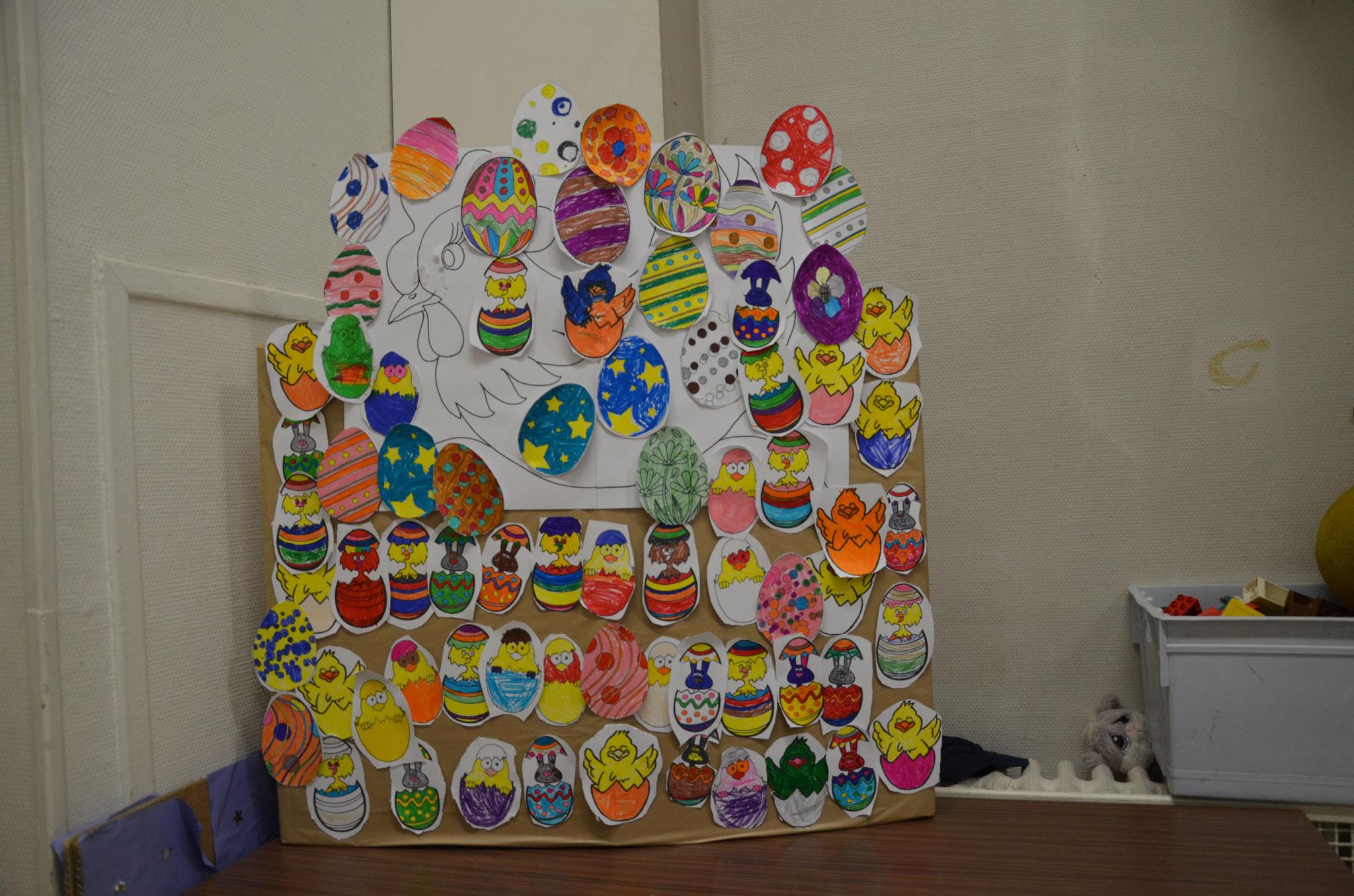 """La """"Poule de Pâques"""" à l'exposition de fin d'année de l'école"""