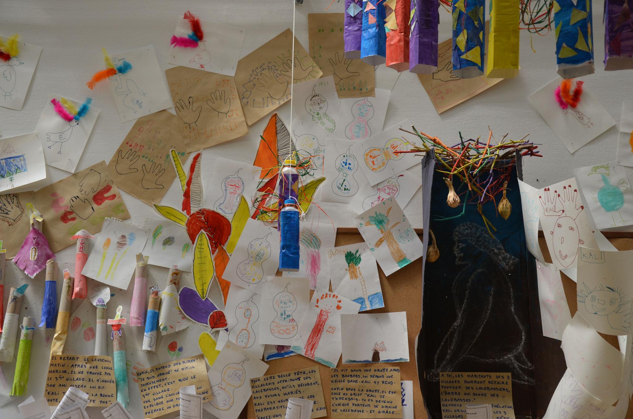 L'Oiseau aux plumes colorées est toujours au dessus de lui et l'aide à trouver le troisième village après une longue marche épuisante. Et là, les habitants y décorent les calebasses pour en faire des cadeaux de cérémonies.