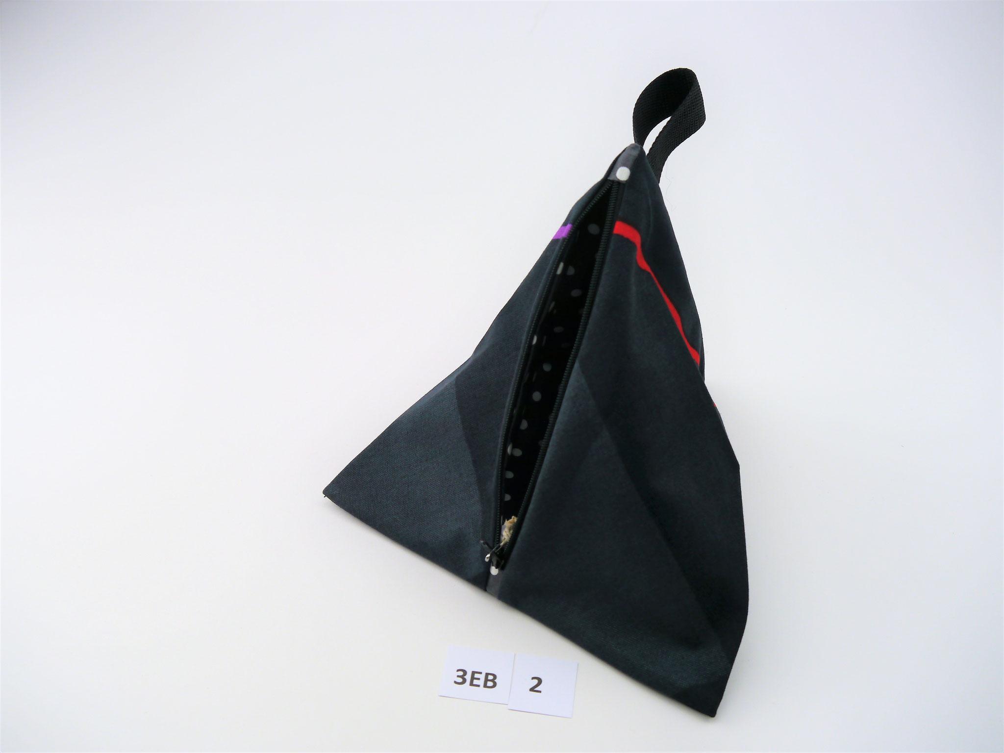 3EB 2 : Breite vorne: 23 cm * Länge Reißverschluss: 18,5 cm * Tiefe in Spitze vom Boden: 22 cm * AS BW / IS BBW öko * 16,90€