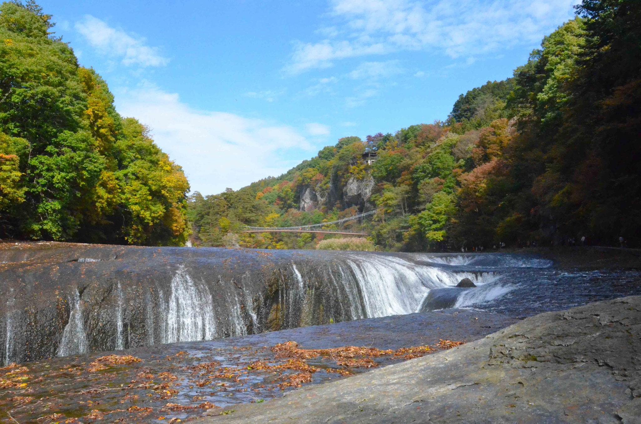 紅葉に染まる吹割の滝