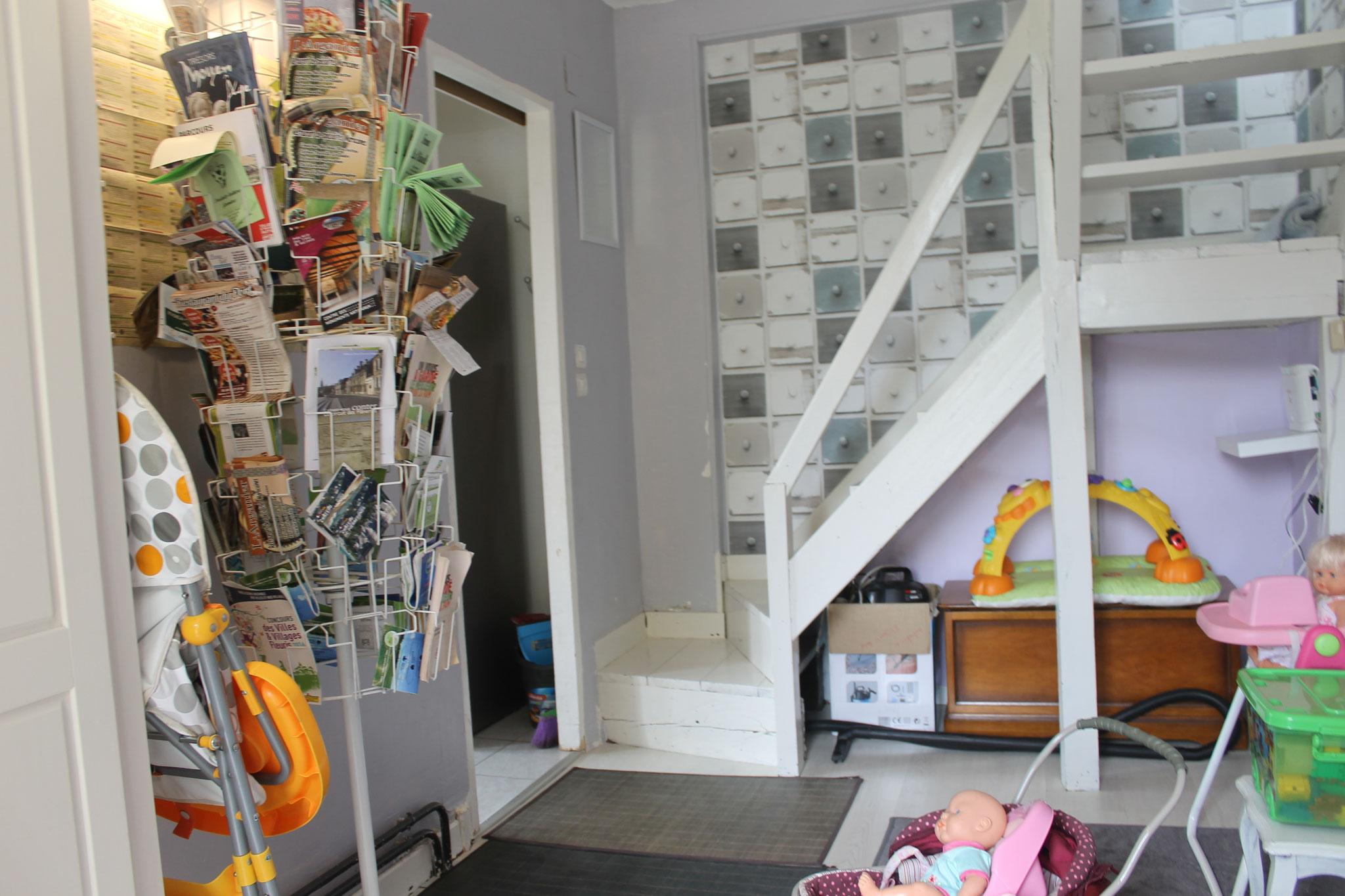 Piéce de jeux, accés par l'escalier au chambres, salle de bain.