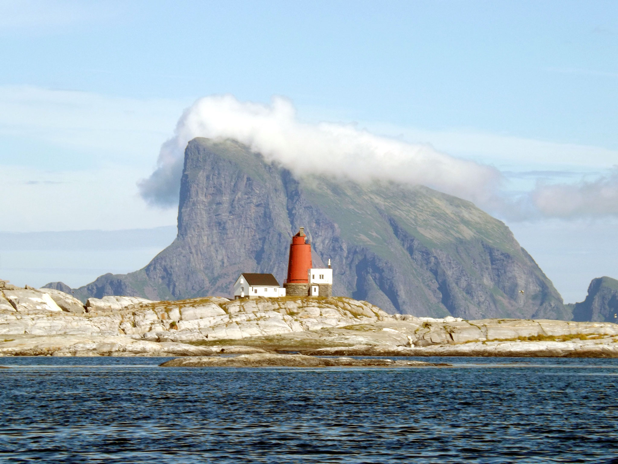 Leuchtturm auf Åsvær mit dem Lovund im Hintergrund