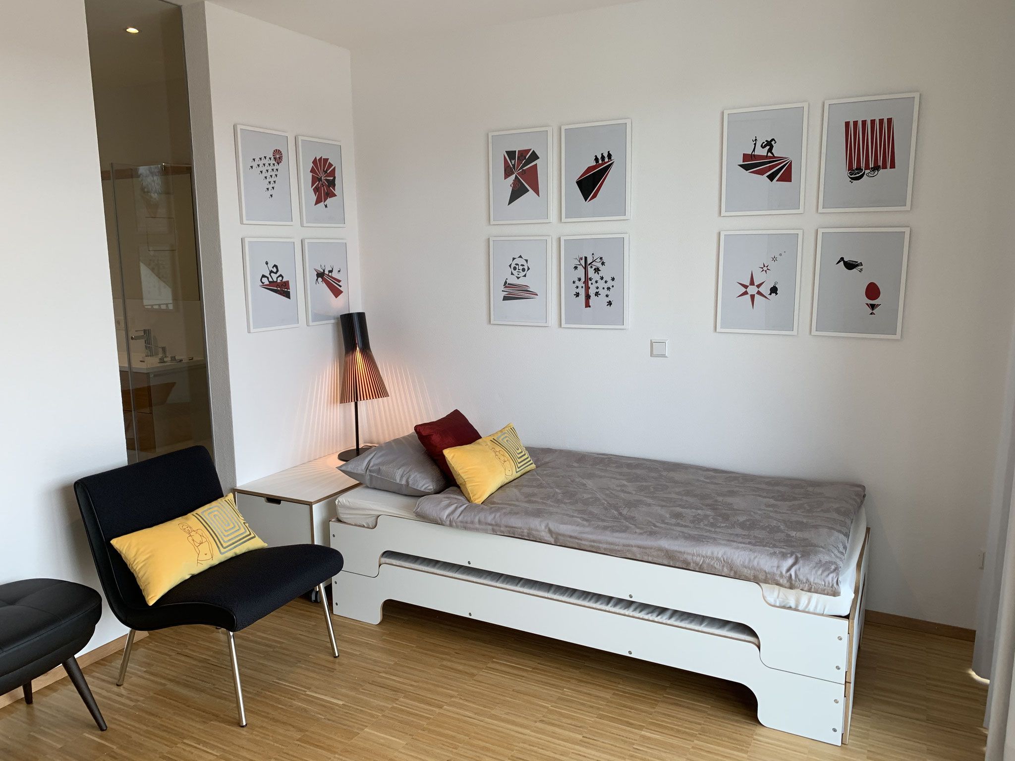 """TV-Room mit Grafiken """"Kalender"""""""