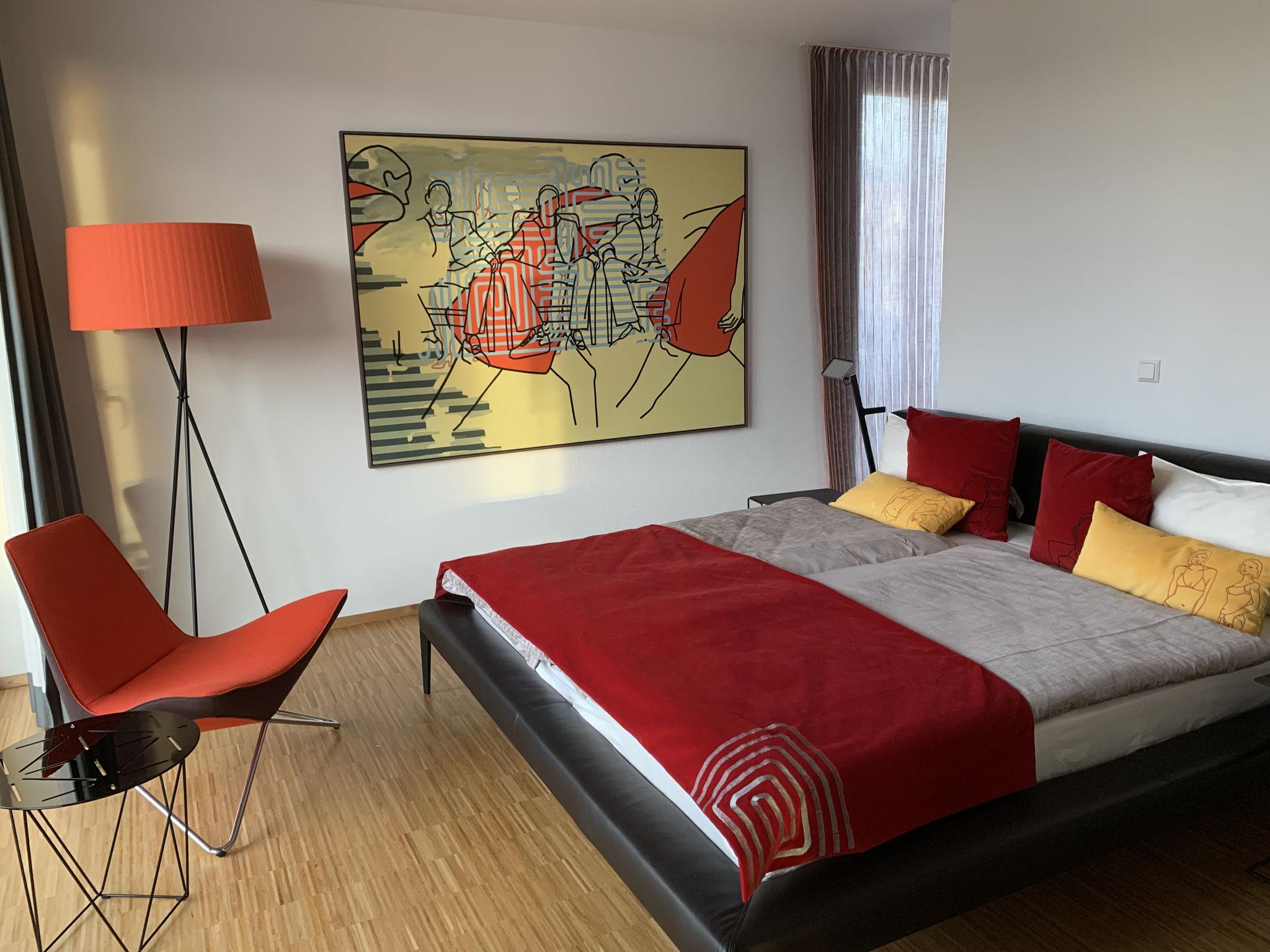 """Masterbedroom mit Gemälde """"Aufbruch"""""""