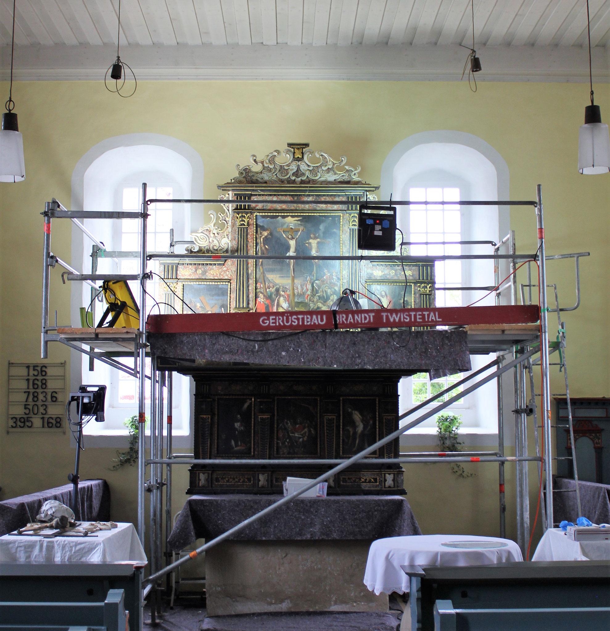Während der Restaurierungsmaßnahmen am barocken Altaraufsatz, ev. Kirche Volkmarsen-Herbsen