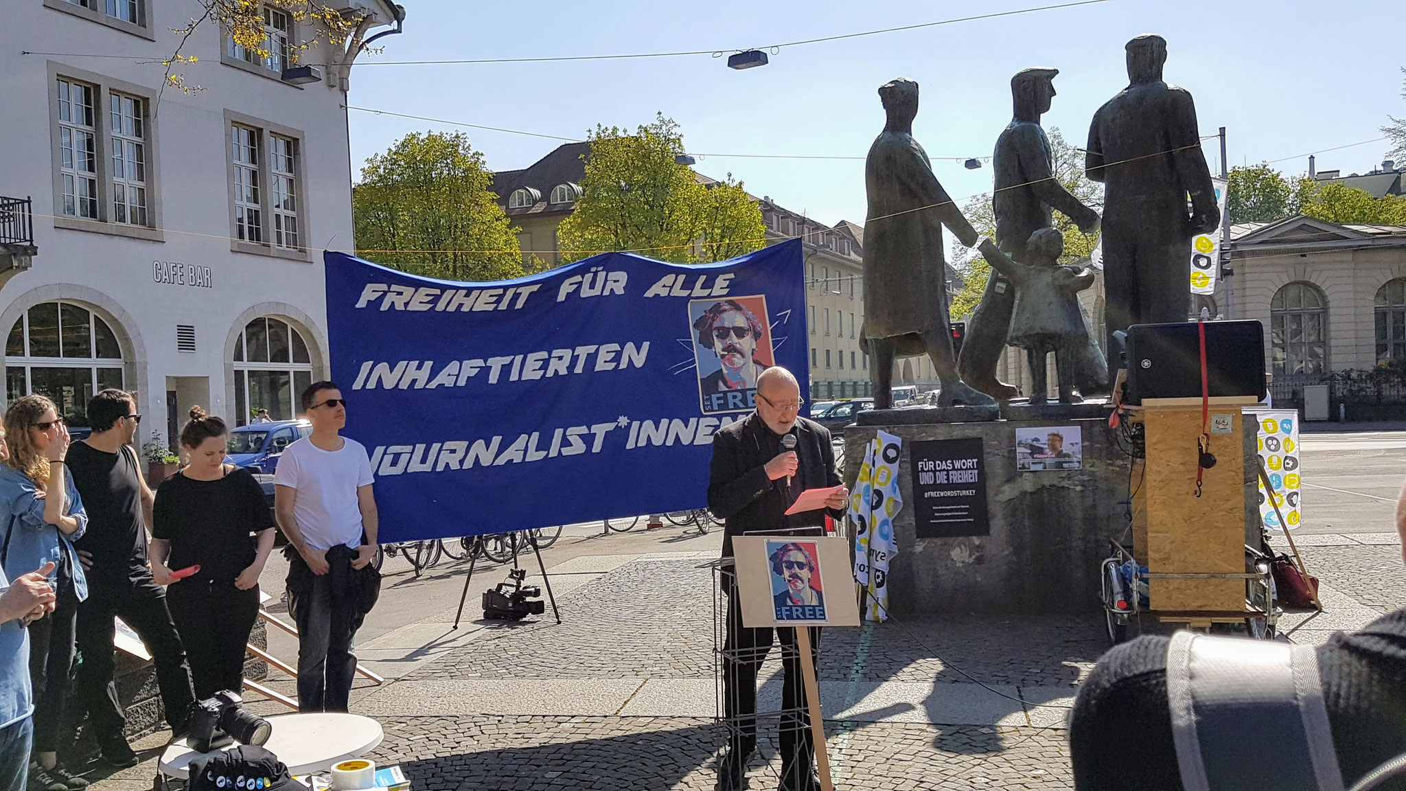 Kundgebung für Pressefreiheit auf dem Helvetiaplatz bei der Skulptur von Karl Geiser. Links das Volkshaus, rechts hinten das Kanzleiareal.