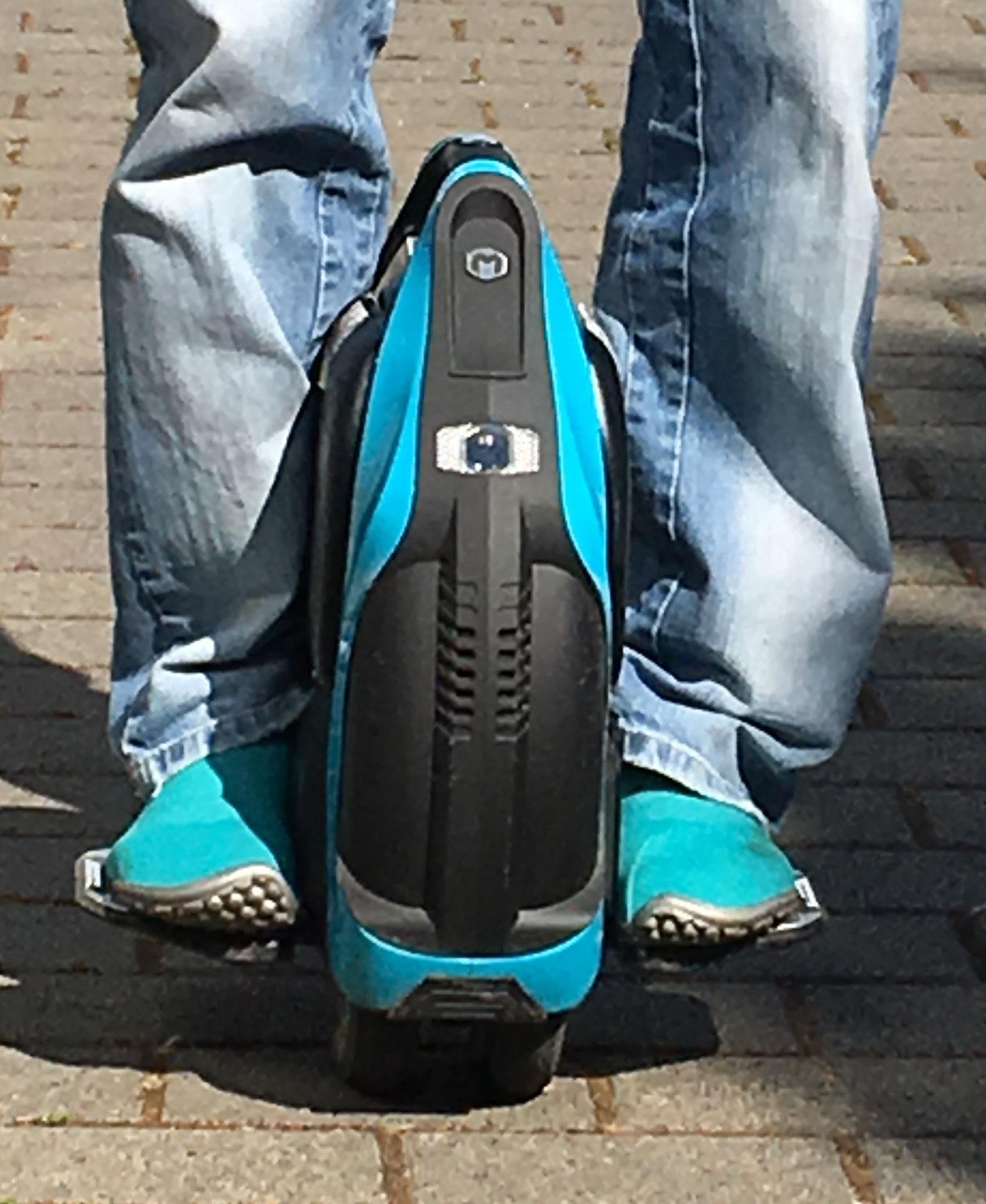 Inmotion V3-S fahren mit dem leguano® sneaker.