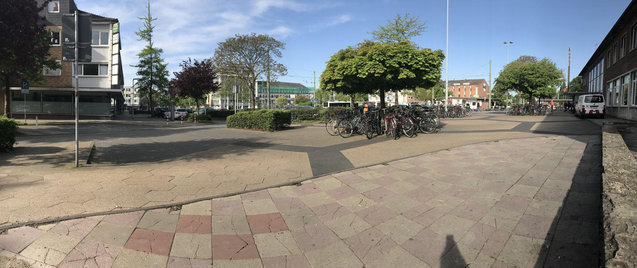 Blick auf den Vorplatz von der Bahnstraße aus.