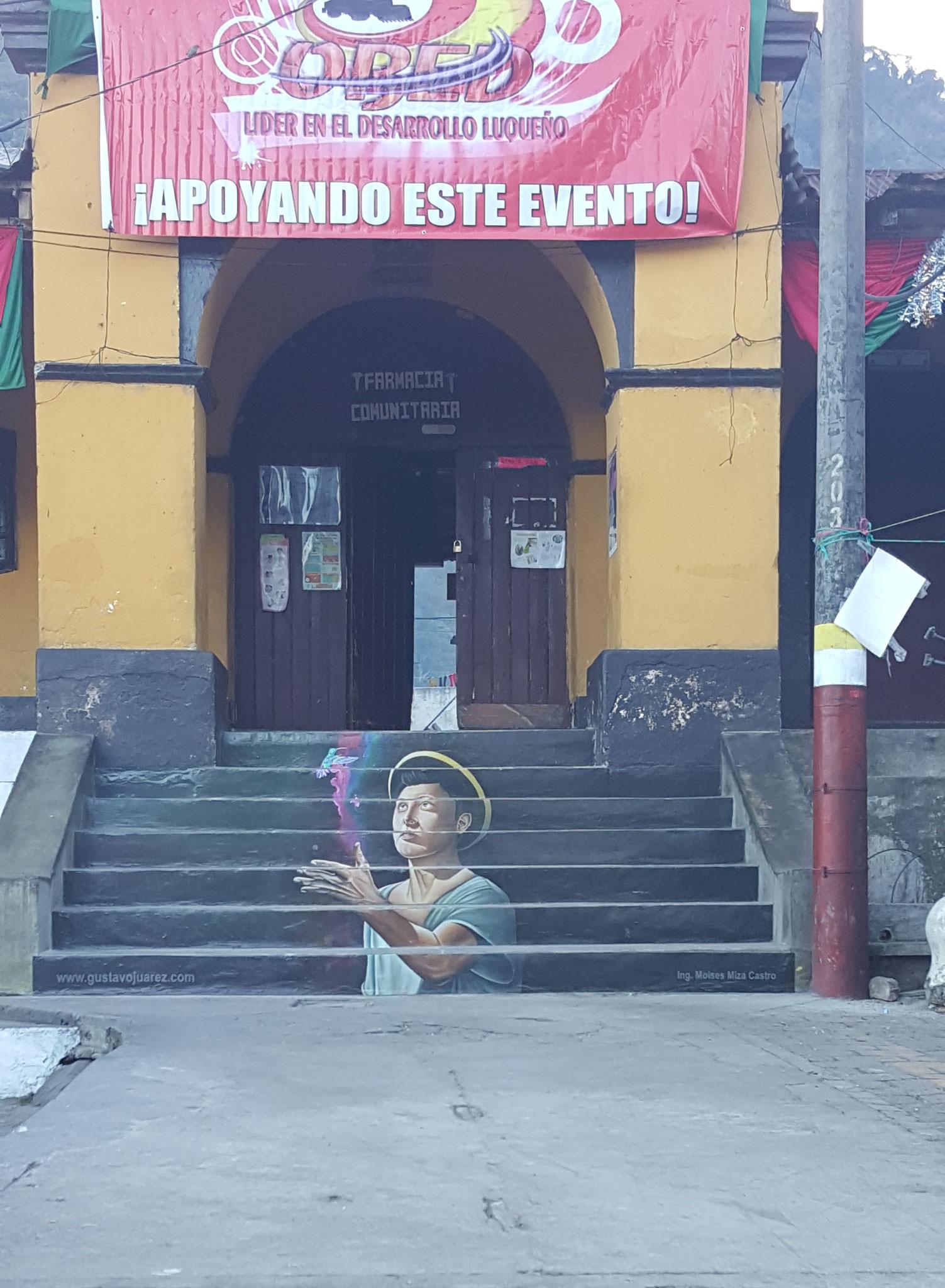 Bild von Gustavo Juárez auf den Stufen zum Rathaus von San Lucas Tolimán, Stadtpark, 2018