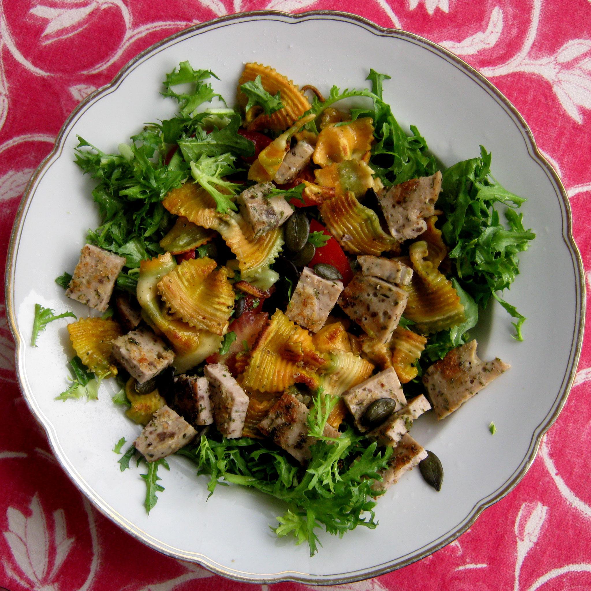 Salat mit panierten Milzwurst-Stückerl