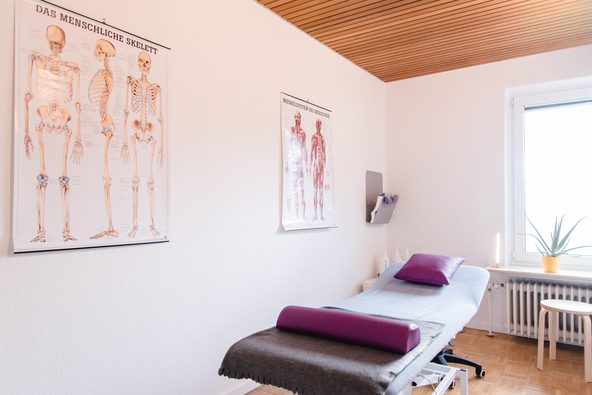 Eine der Behandlungskabinen für Krankengymnastik, Massage & Co.