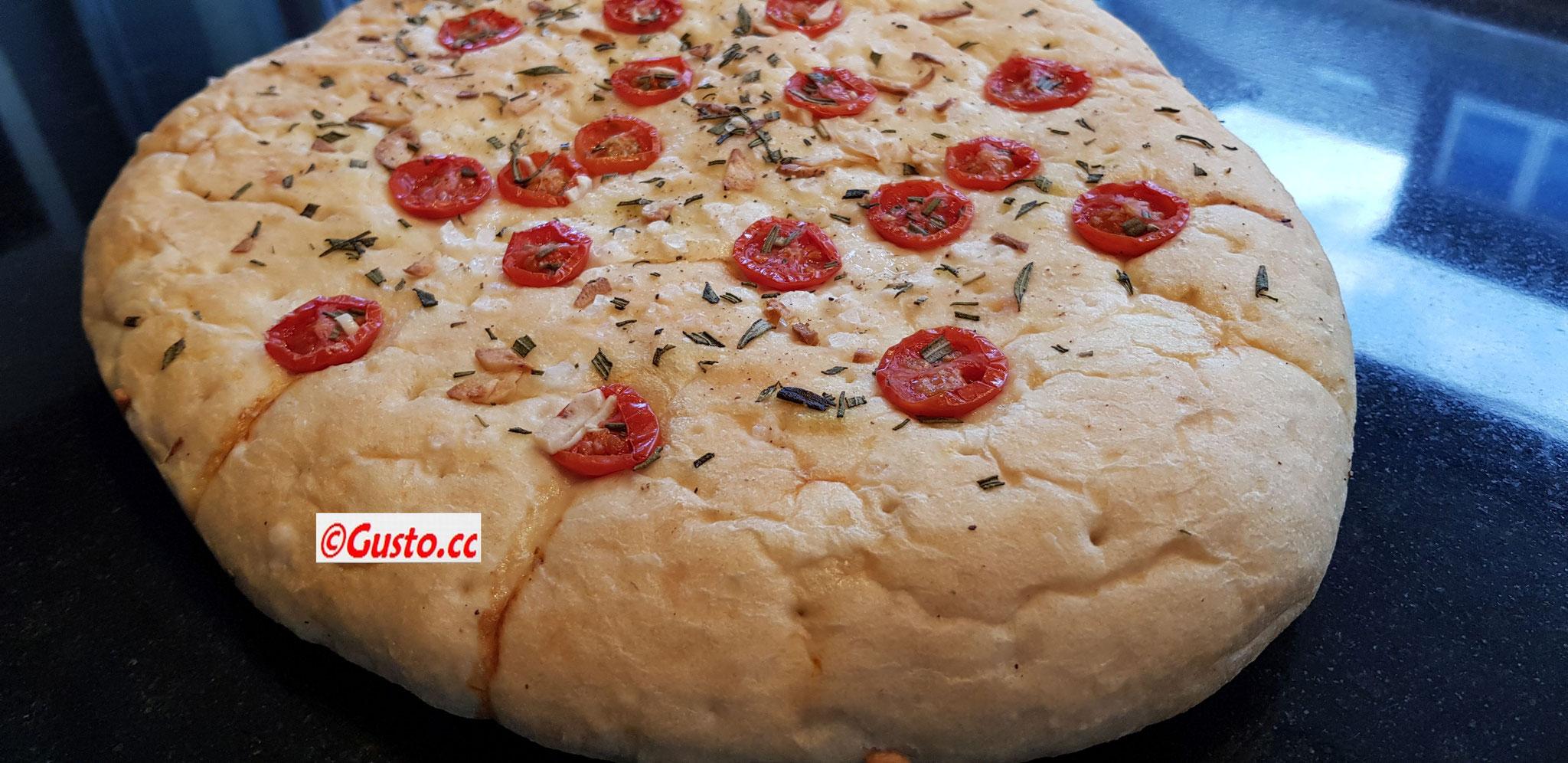 hausgebackenes Focaccia mit Kräutern und Tomaten
