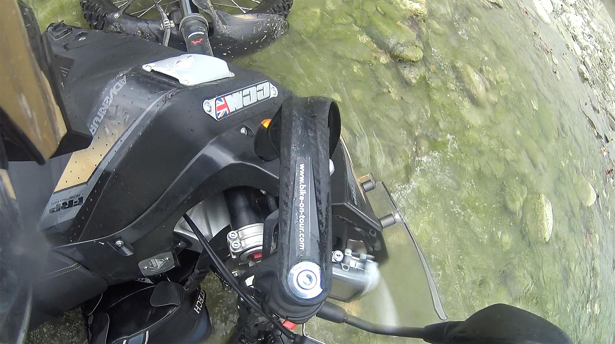 Motorradwäsche am Weg von Gjirokaster nach Polican