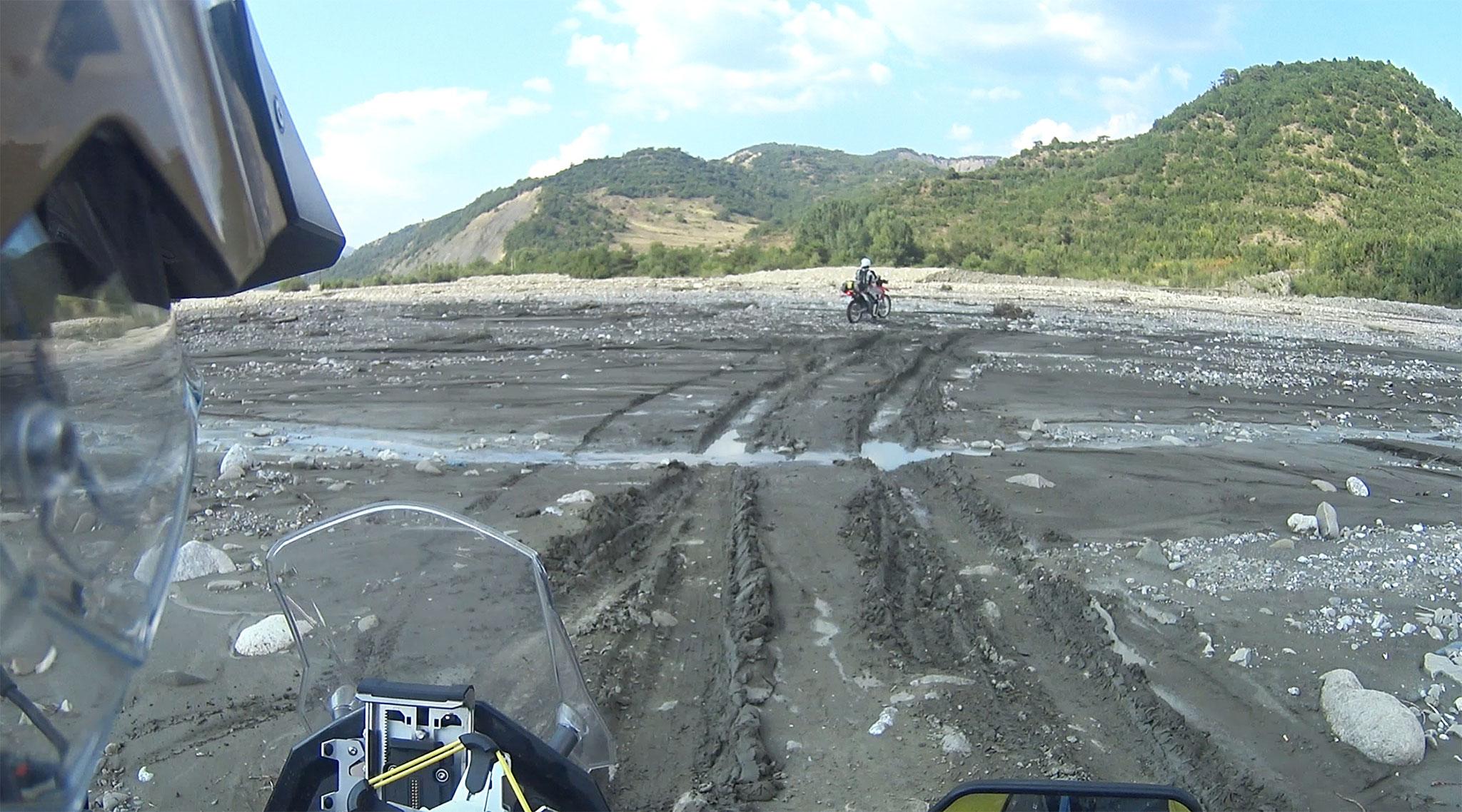 Am Weg von Polican nach Gramsh im Flussbett des Tomorrica