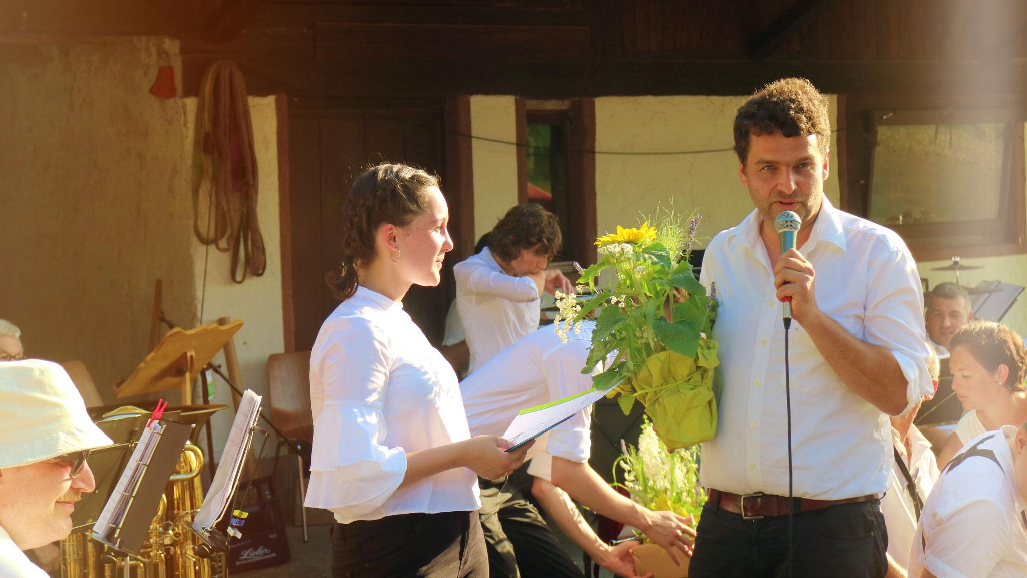 Jungmusikerin Thea wird mit dem silbernen Abzeichen geehrt.