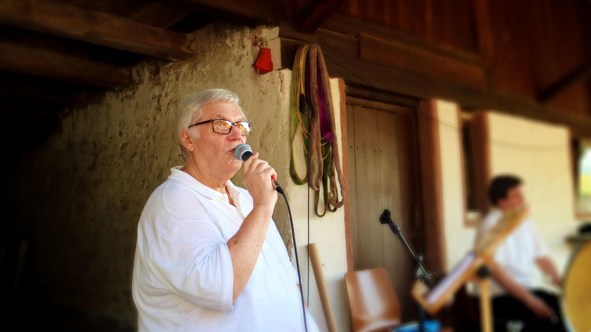 Peter Teuber führt die Besuchenden durch das Programm.