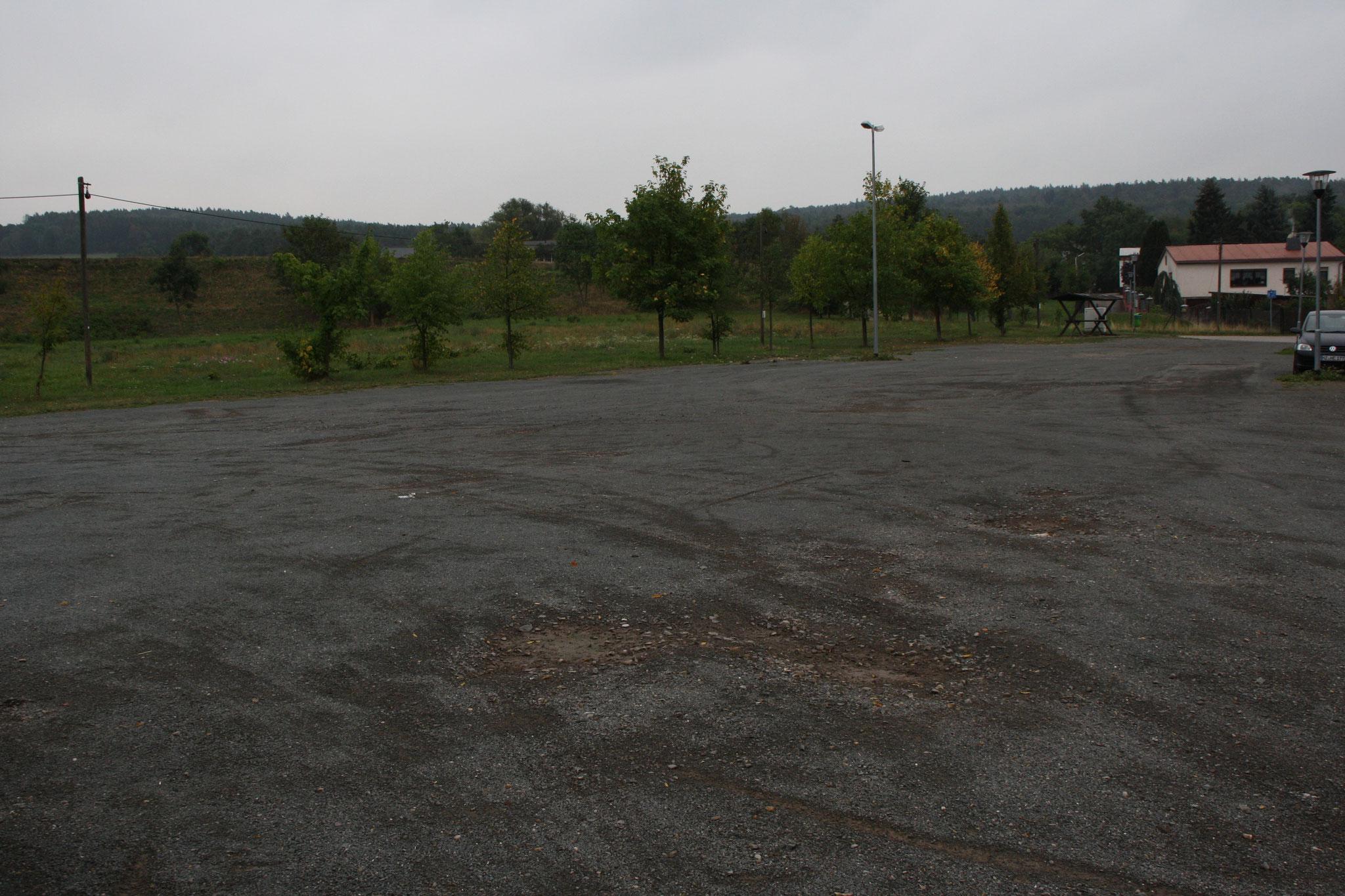 Großer Parkplatz direkt vor dem Schützenhaus.