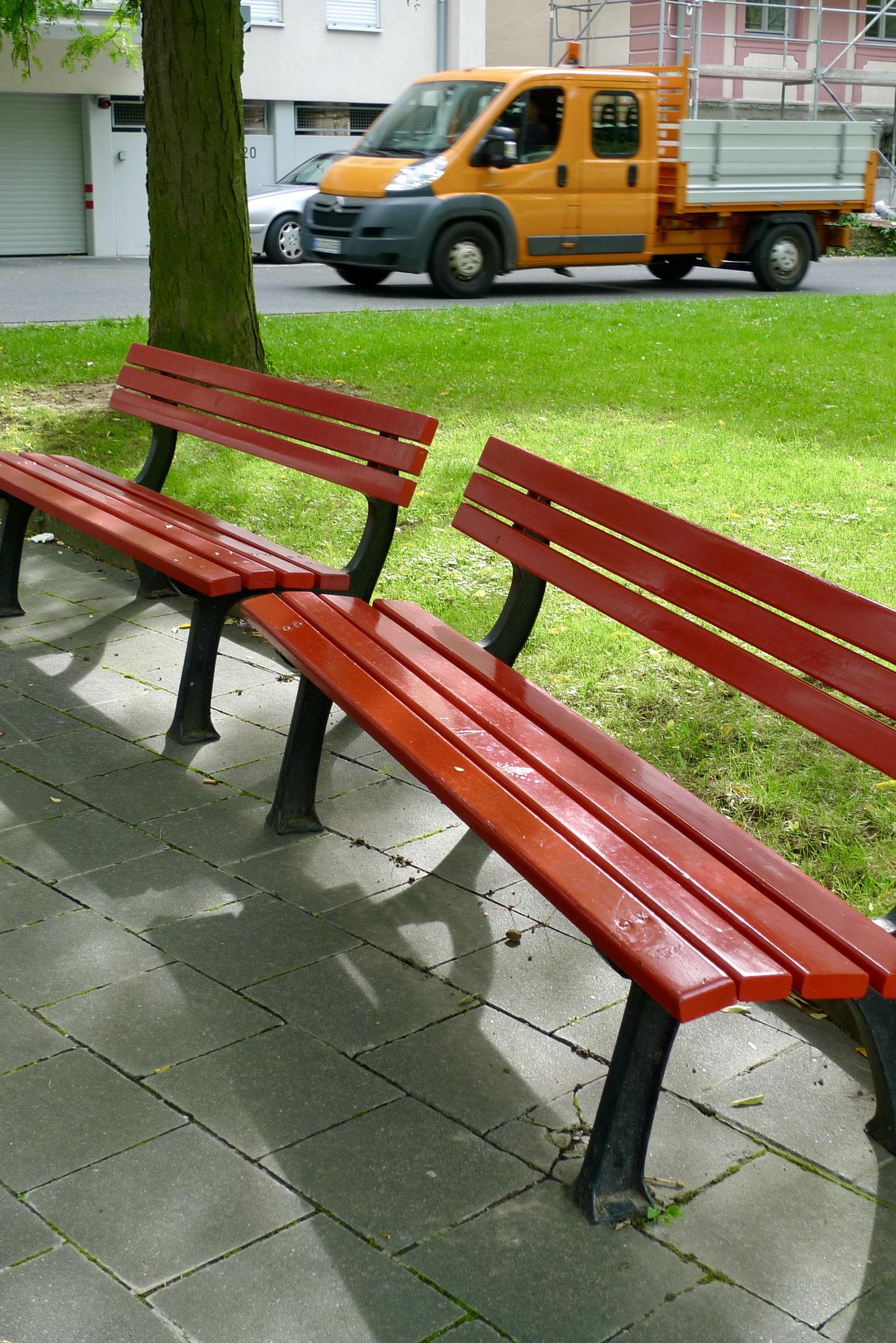 Red park benches, Bonn