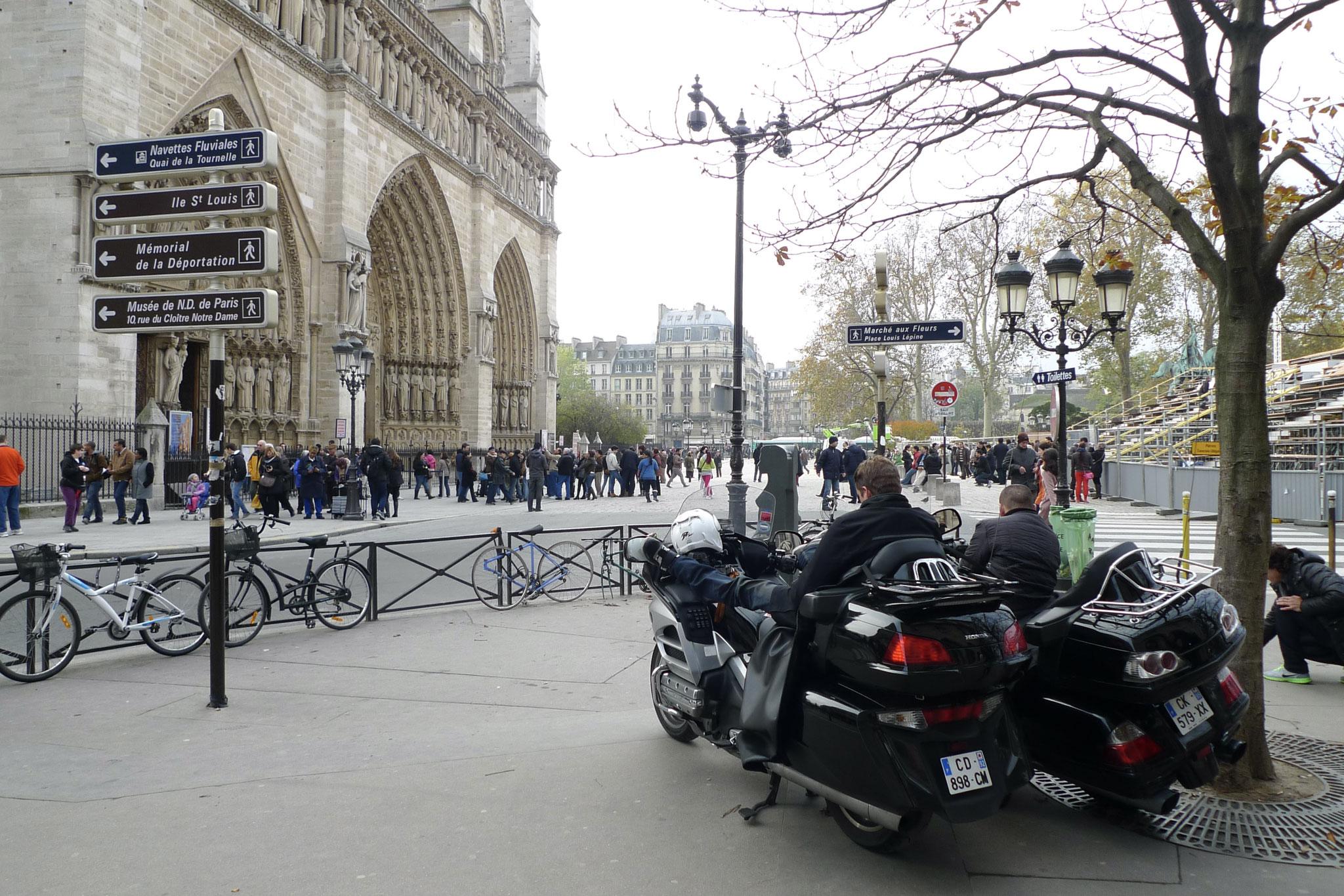 Idle bikies, Notre Dame, Paris