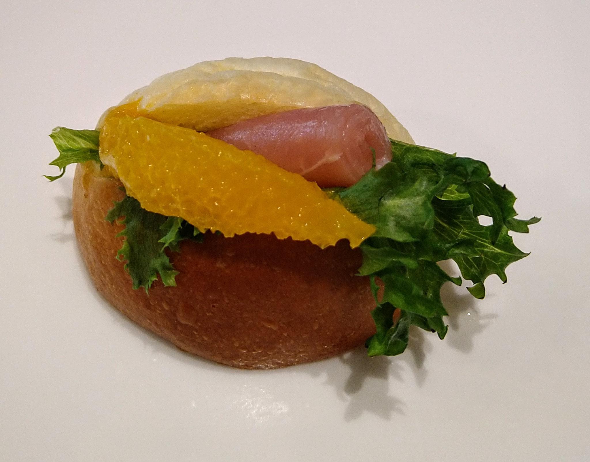 生ハムとオレンジのロールパンサンドレモンバター風味