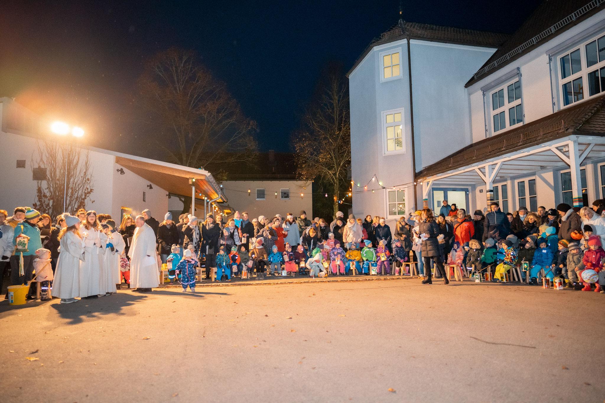 Martinsfeier im Schulhof mit Diakon Pfänder