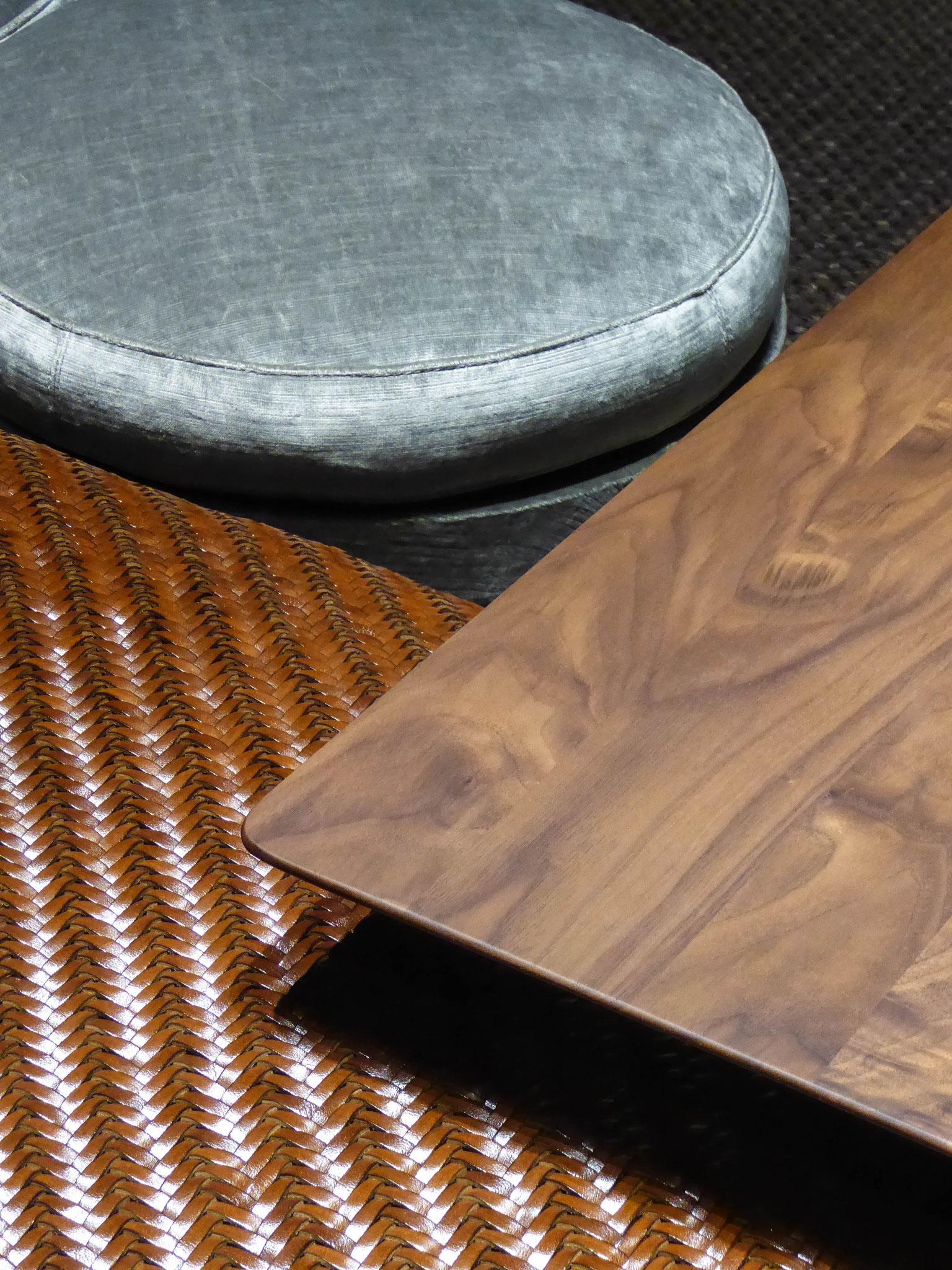 Leder, Holz und Samt mit unterschiedlicher Haptik