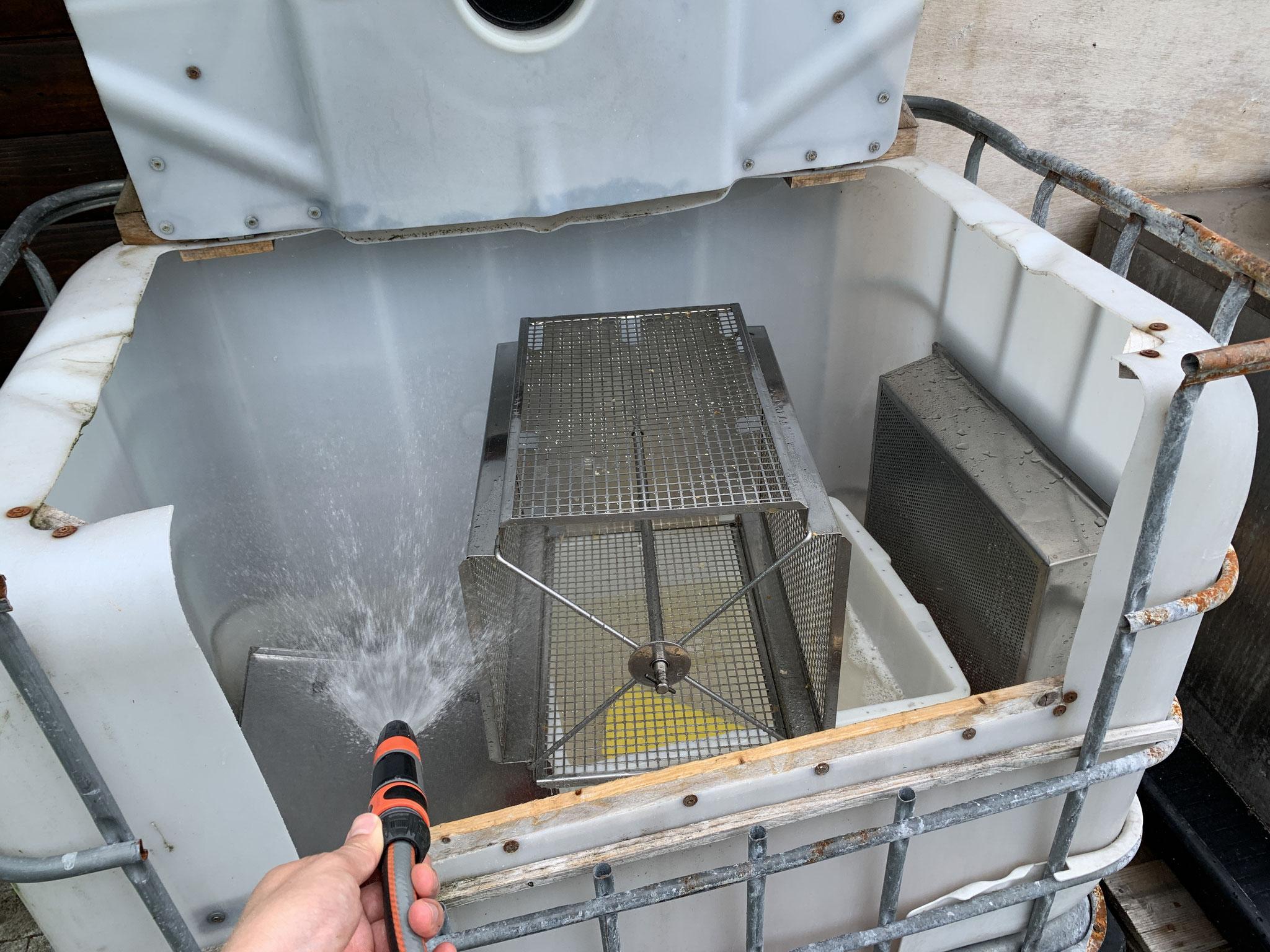 Die benutzten Gerätschaften können im Spritztank hinter dem Container gesäubert werden