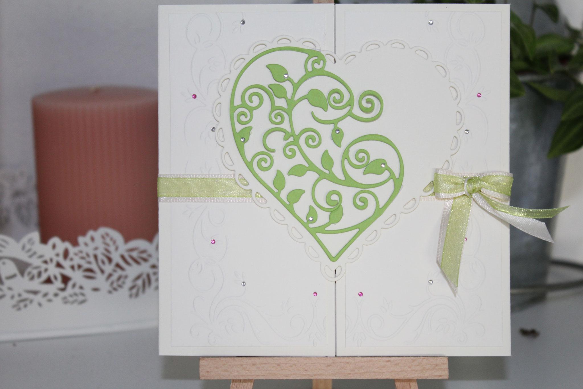 EH 101  Mittig zu öffnen. Gerne arbeiten wir auf die Herzinnenseite ein Bild von  Euch ein. Anhänger mit den Namen des Brautpaares.