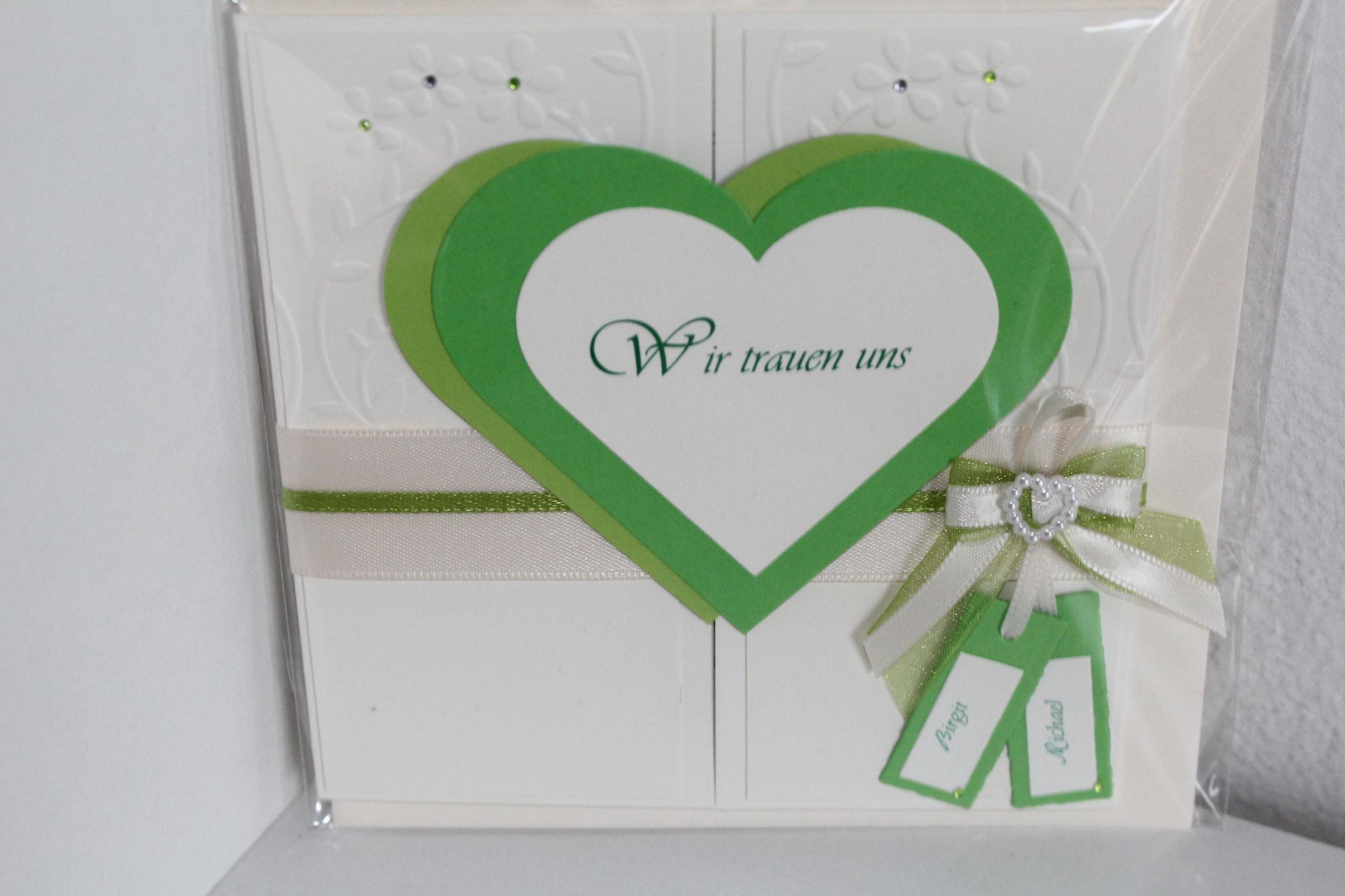 EH 4 mittig zum aufklappen. Auf Wunsch kann ein Foto auf die Herzinnenseite eingearbeitet werden. Anhänger mit den Vornamen des Brautpaares.