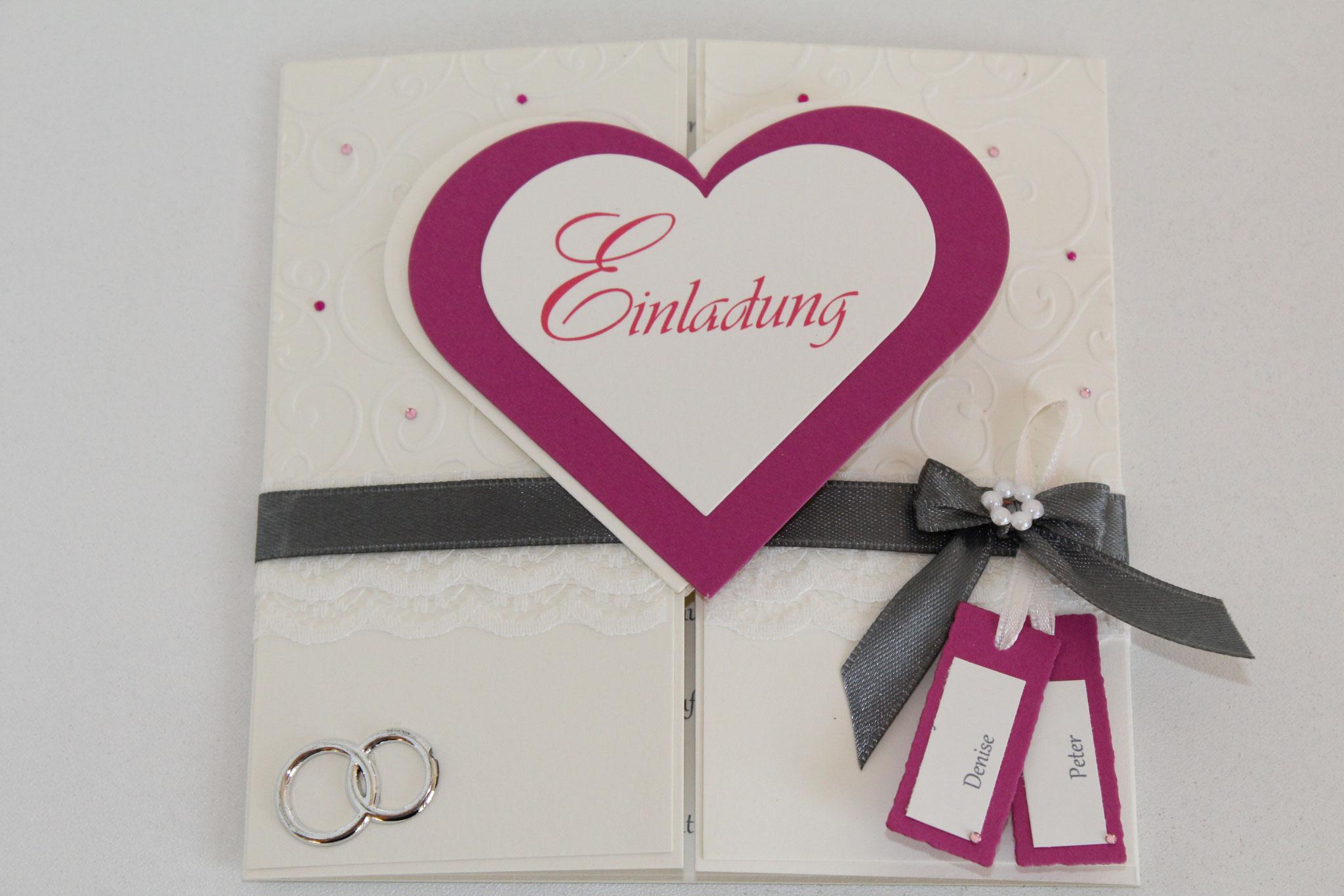EH1  mittig zum aufklappen. Auf Wunsch kann ein Foto auf die Herzinnenseite eingearbeitet werden. Anhänger mit den Vornamen des Brautpaares.