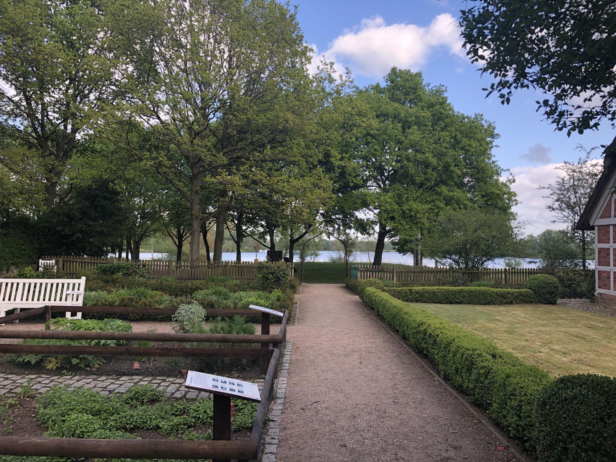 Der Apothekergarten mit Blick zum Vörder See