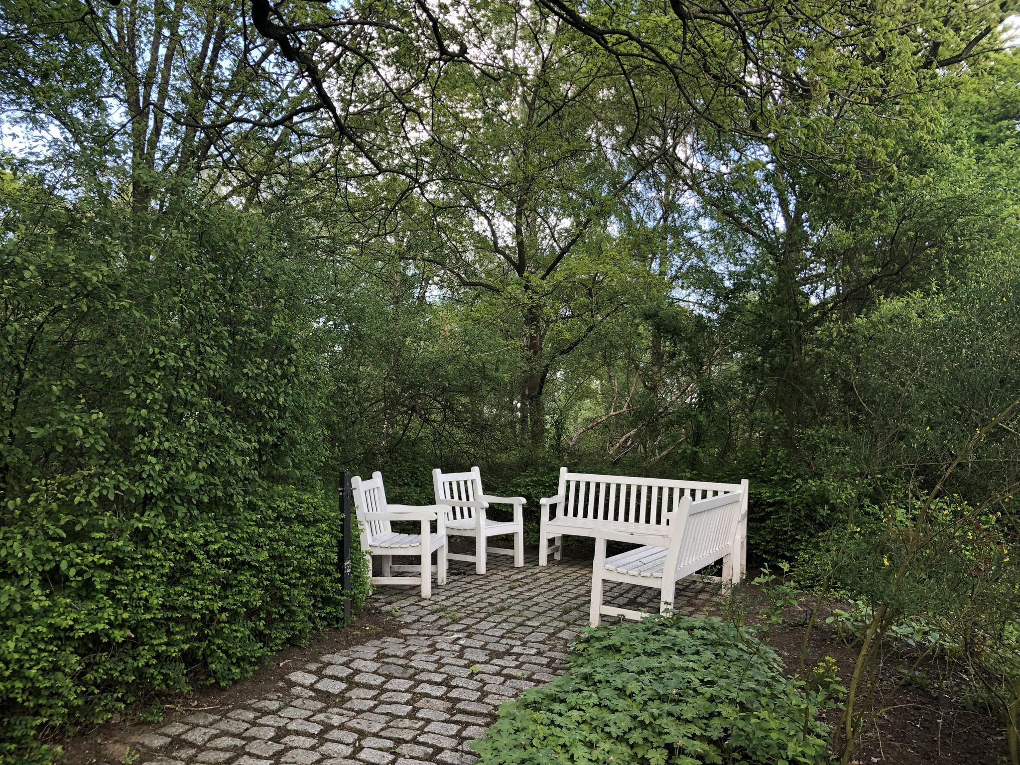 Romantische Sitzecke im Apothekergarten