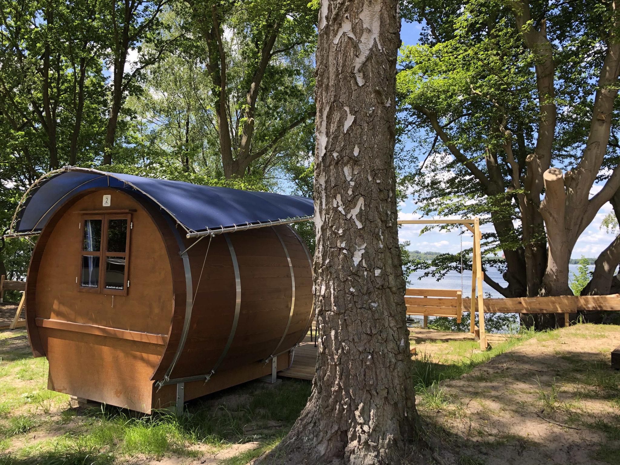 Vier Seefässer auf der Hochebene am Plauer See: Panoramablick aufs Wasser und Komfortausstattung im Tiny House-Format