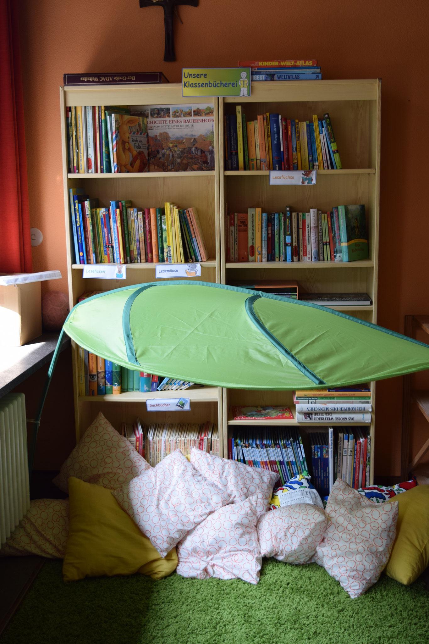 Unsere Schulbücherei in der Klasse 3/4. Jede Woche können die Kinder sich in der Büchereizeit Bücher auleihen.