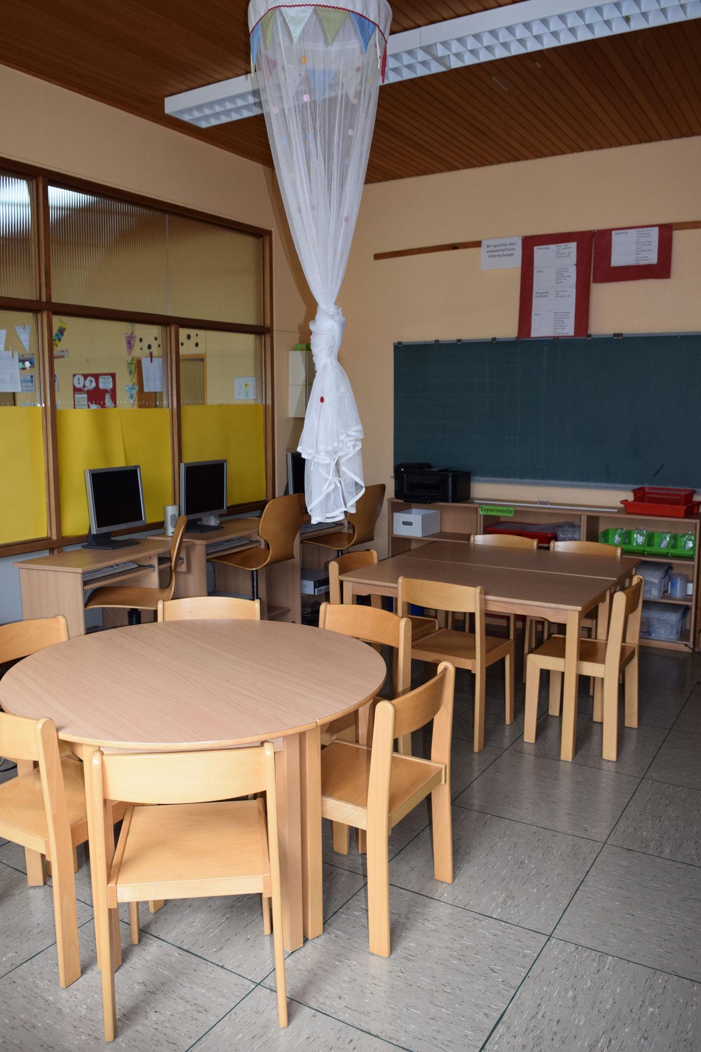 Unser Mittelraum. Dort kann man alleine oder in Gruppen arbeiten.