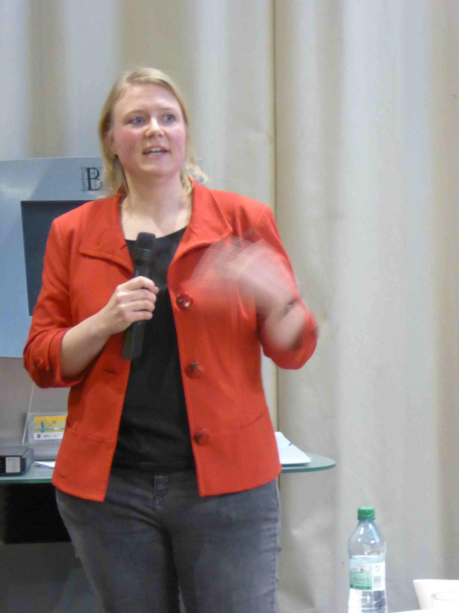 Frau Richter von der Senatsbauverwaltung erläutert die Kosten und Zeitpläne
