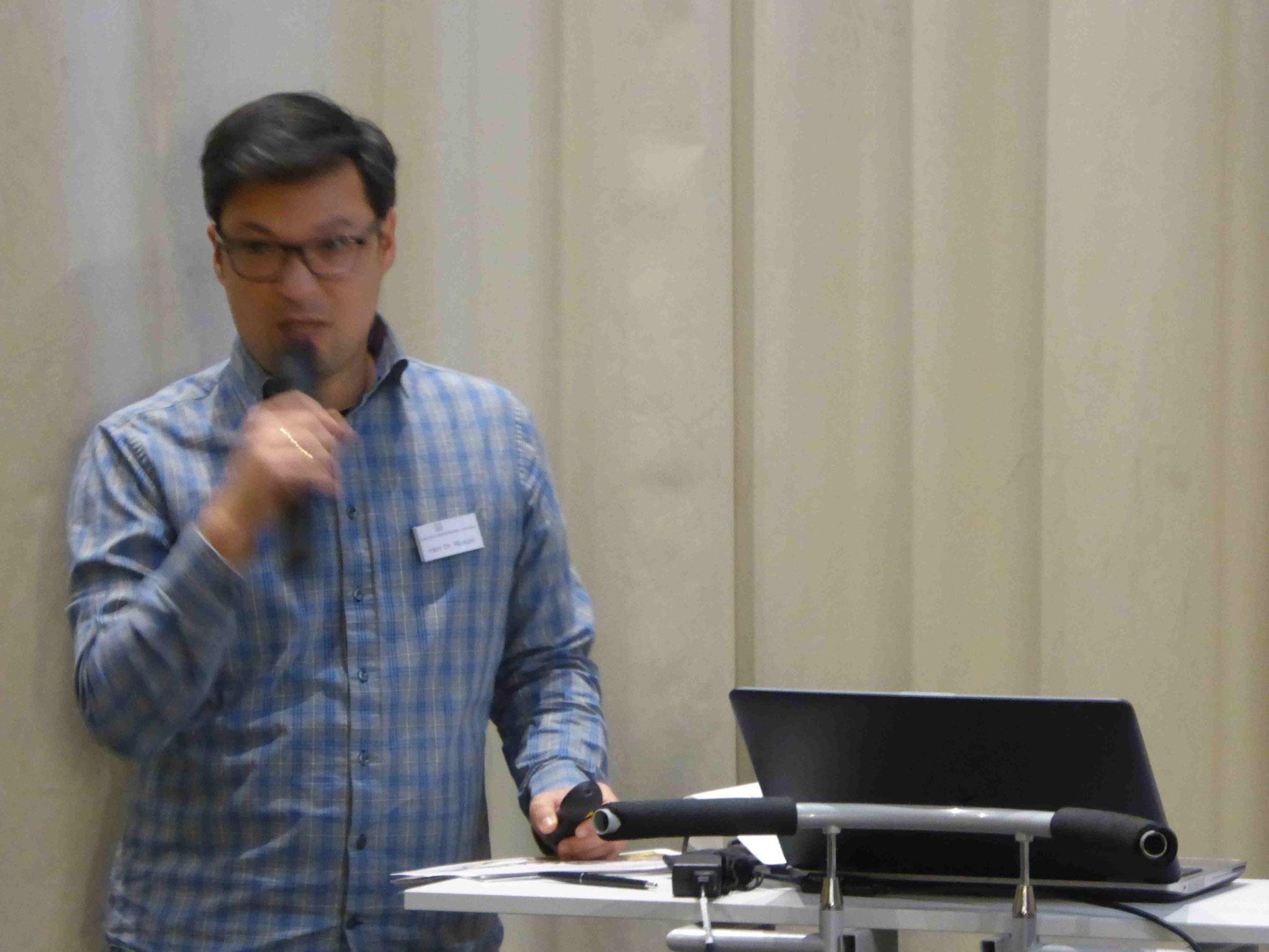 Dr. Rickum, der Leiter der Stadtbibliothek, erläutert die neuen Pläne