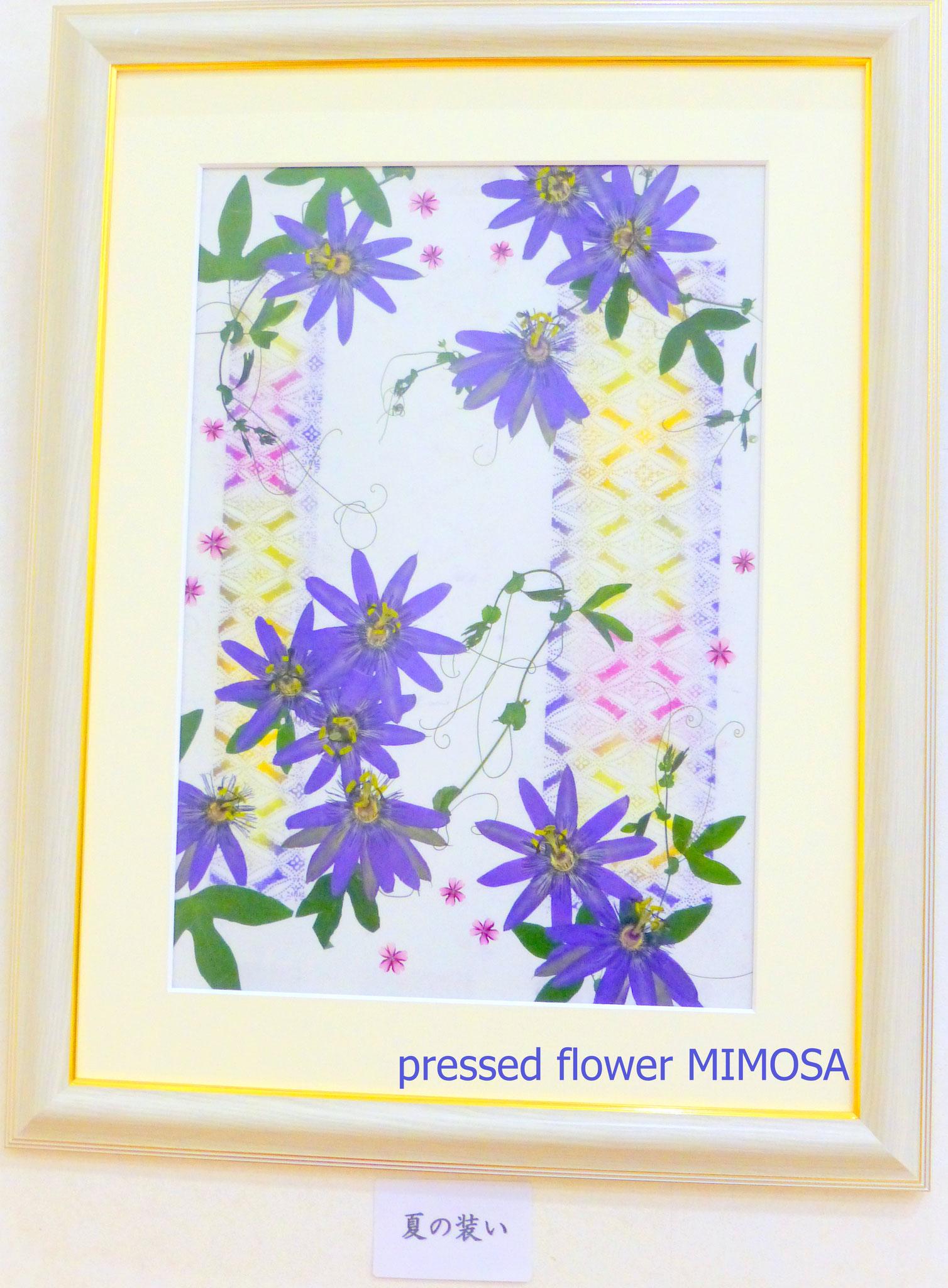 「夏の装い」 花材:トケイソウ(伊勢型紙で着色した着物地)