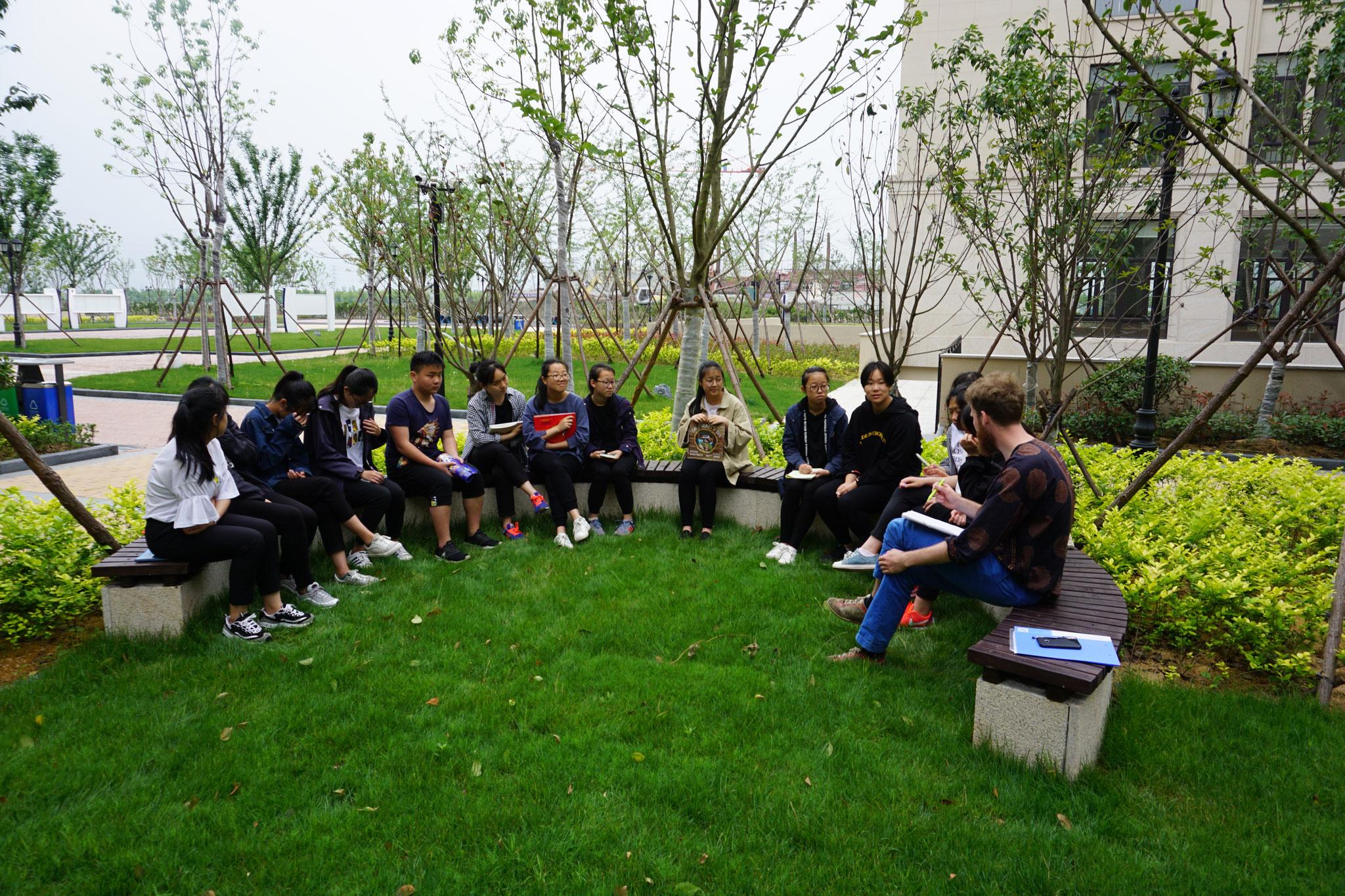 Unterricht im Freien auf dem neuen Campus