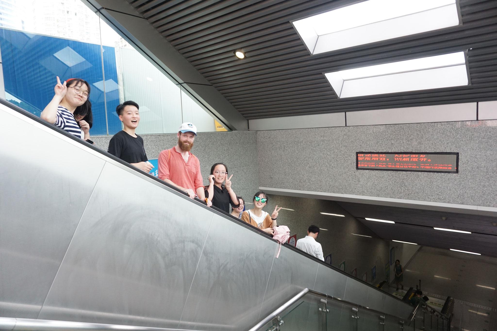 Mit Schülerinnen in der U-Bahn