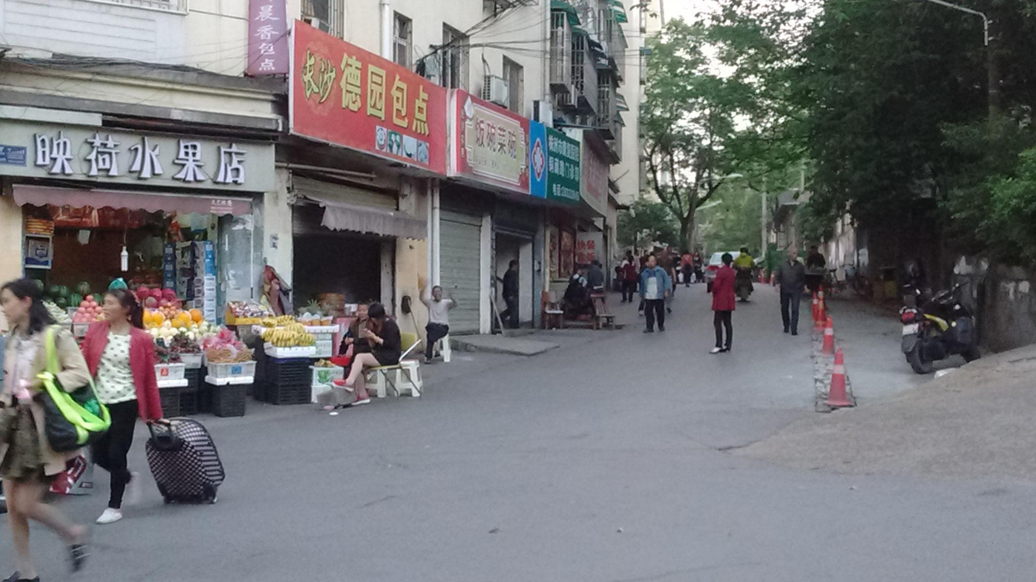Zhuzhou - in der Nähe der Schule. Hinten winkt fröhlich der Bautse Verkäufer.