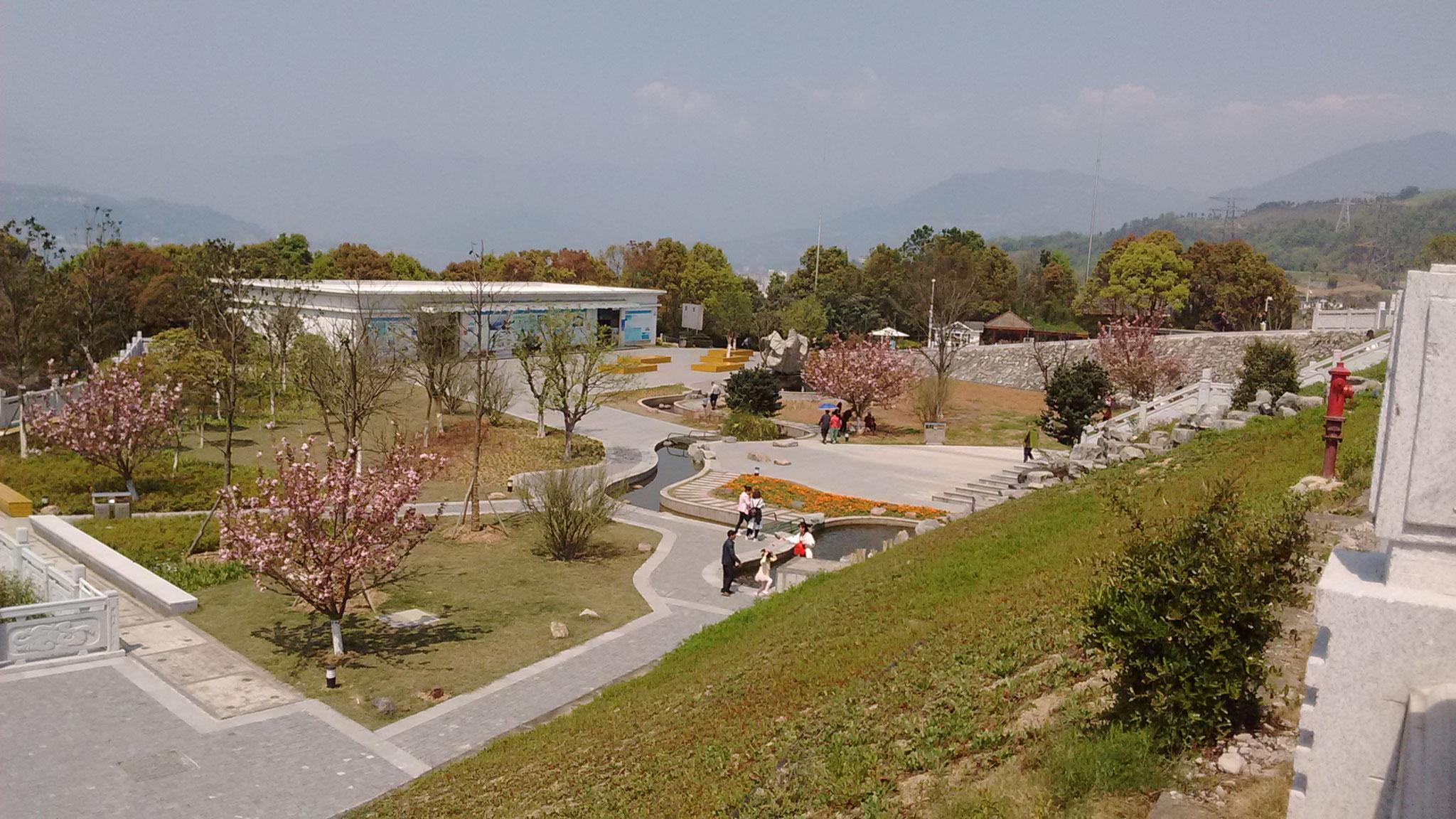 Die wunderschöne Parkanlage am Damm am ersten sonnigen Tag in zwei Monaten.