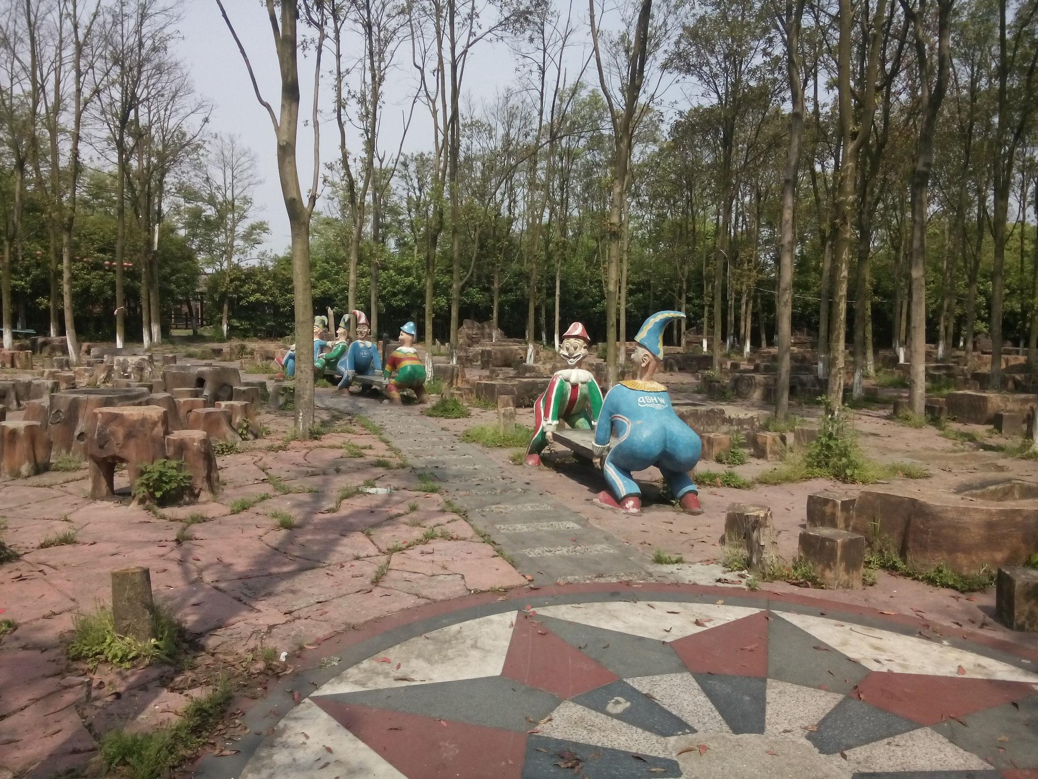 Grillpark mit Betontischen in Baumstammoptik