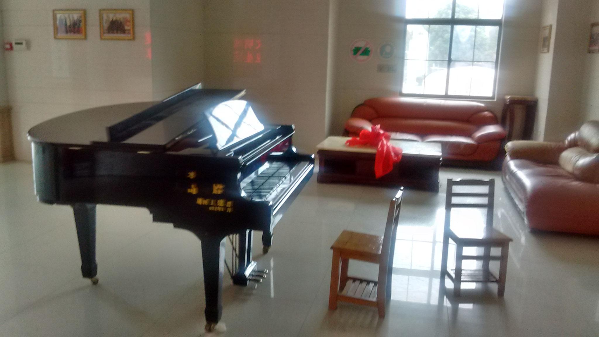 Klavier statt Mittagspause im Eingangsbereich.