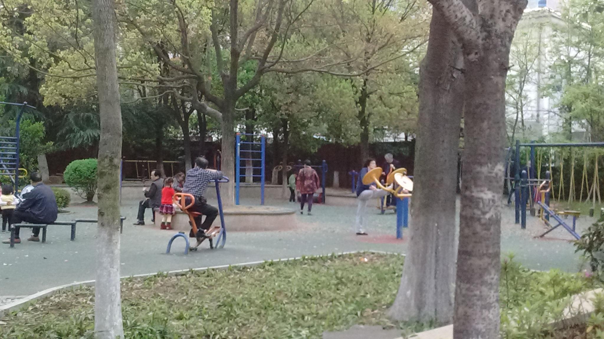 Zhuzhou - Spielplätze werden von Großen und Kleinen gleichermaßen genutzt.
